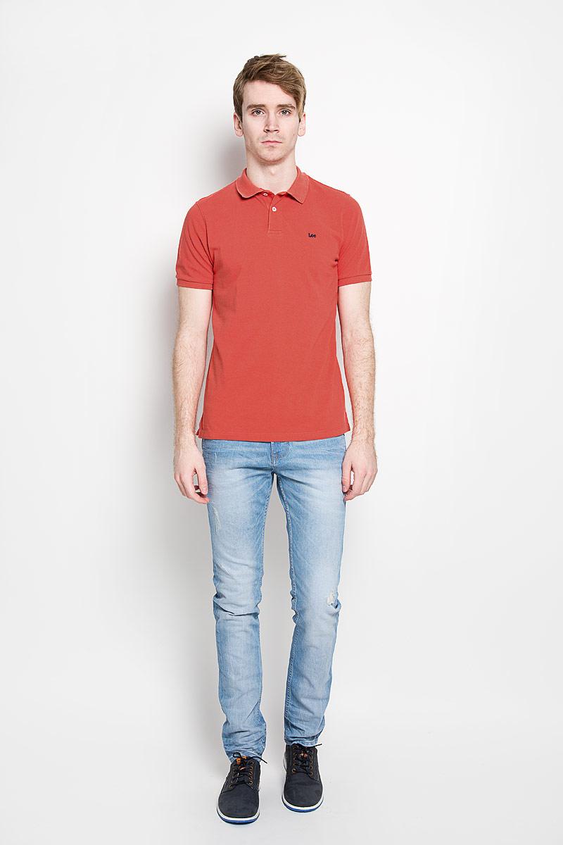 Поло мужское Lee, цвет: коралловый. L64YKCCM. Размер M (48)L64YKCCMСтильная мужская футболка-поло Lee, выполненная из натурального хлопка, обладает высокой теплопроводностью, воздухопроницаемостью и гигроскопичностью, позволяет коже дышать. Модель с короткими рукавами и отложным воротником сверху застегивается на две пуговицы. На груди футболка оформлена вышивкой с названием бренда. По бокам предусмотрены небольшие разрезы. Классический покрой, лаконичный дизайн, безукоризненное качество. В такой футболке вы будете чувствовать себя уверенно и комфортно.