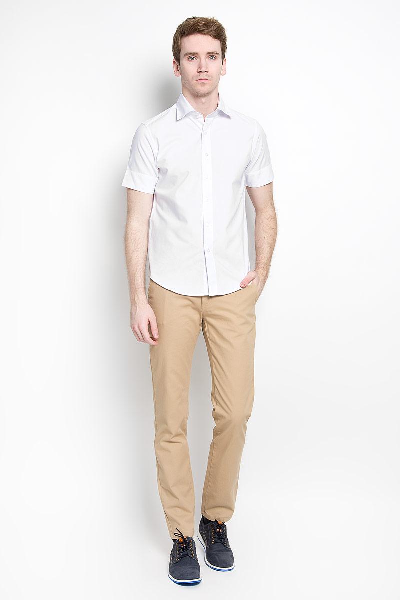 РубашкаSW 70-01Стильная мужская рубашка KarFlorens, изготовленная из высококачественного хлопка с добавлением микрофибры, необычайно мягкая и приятная на ощупь, не сковывает движения и позволяет коже дышать, обеспечивая наибольший комфорт. Модная рубашка приталенного кроя с отложным воротником, короткими рукавами и полукруглым низом застегивается на пластиковые пуговицы. Пуговицы выполнены с теснением логотипа бренда. Воротник сзади украшен фирменной вышивкой. Рукава дополнены широкими манжетами, которые при желании можно подвернуть. Эта рубашка идеальный вариант для повседневного гардероба. Такая модель порадует настоящих ценителей комфорта и практичности!