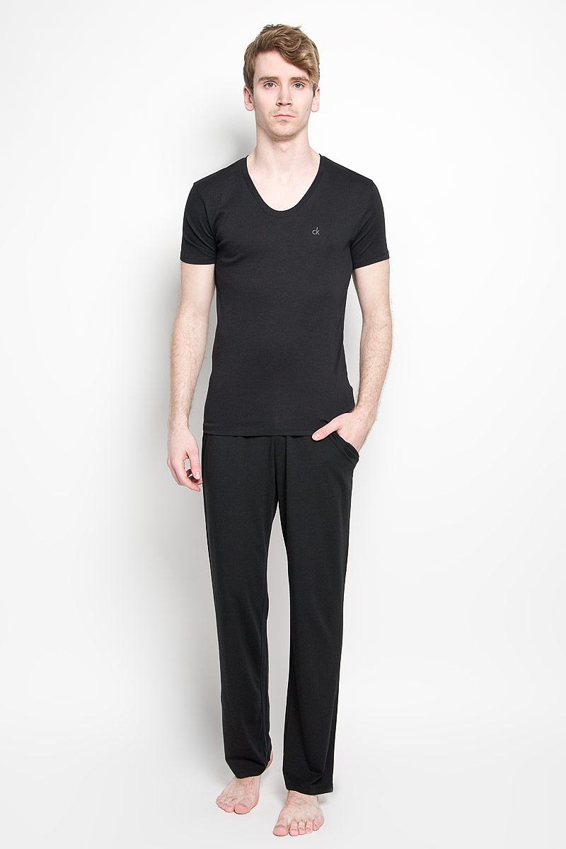 Футболка мужская Calvin Klein Underwear, цвет: черный. U8322A_001. Размер L (50/52)U8322A_001Мужская футболка Calvin Klein, изготовленная из эластичного хлопка, прекрасно подойдет для повседневной носки. Материал очень мягкий и приятный на ощупь, не сковывает движения и позволяет коже дышать. Модель с короткими рукавами и V-образным вырезом горловины станет идеальным вариантом для повседневной носки. Такая модель будет дарить вам комфорт в течение всего дня и станет отличным дополнением к вашему гардеробу.