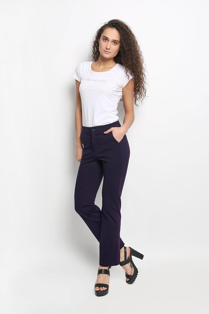 Брюки женские Rocawear, цвет: темно-фиолетовый. R041519. Размер S (44)R041519Стильные женские брюки Rocawear - это изделие высочайшего качества, которое превосходно сидит и подчеркнет все достоинства вашей фигуры. Прямые укороченные брюки стандартной посадки выполнены из эластичного полиэстера с добавлением вискозы, что обеспечивает комфорт и удобство при носке. Брюки застегиваются на кнопку в поясе и ширинку на застежке-молнии. Брюки имеют два втачных кармана спереди, а сзади украшены имитацией карманов.Эти модные и в тоже время комфортные брюки послужат отличным дополнением к вашему гардеробу и помогут создать неповторимый современный образ.