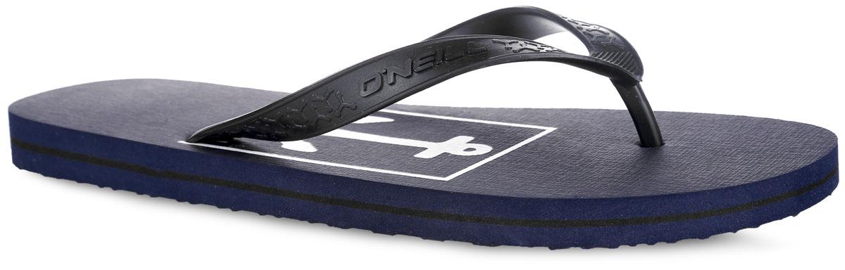 Сланцы мужские O`Neill Ftm Profile Graphic, цвет: темно-синий. 604534-5035. Размер 39 (38)604534-5035Стильные сланцы от ONeill придутся вам по душе. Верх модели выполнен из ПВХ, оформлен оригинальным тиснением и названием бренда. Ремешки с перемычкой гарантируют надежную фиксацию изделия на ноге. Верхняя часть подошвы декорирована принтом в виде якоря и названия бренда. Рифление на верхней поверхности подошвы предотвращает выскальзывание ноги. Рельефное основание подошвы обеспечивает уверенное сцепление с любой поверхностью. Удобные сланцы прекрасно подойдут для похода в бассейн или на пляж.