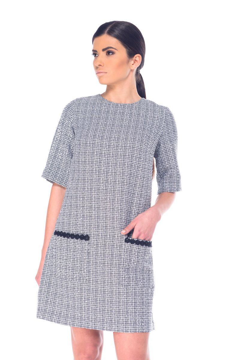 ПлатьеL 9057Модное платье Arefeva выполнено из полиэстера с добавлением нейлона и люрекса. Платье-миди с круглым вырезом горловины и рукавами до локтя оформлено оригинальным принтом, на спинке - декоративным вырезом и завязками. Застегивается модель на скрытую застежку-молнию, расположенную на спинке. Спереди расположены два накладных кармана.