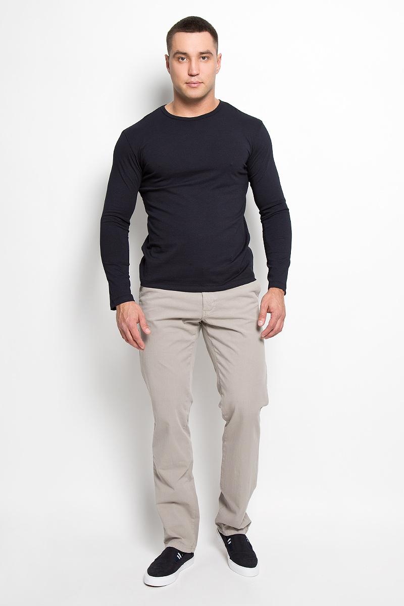 Брюки мужские F5, цвет: серо-бежевый. 160164_09607. Размер 31-34 (46/48-34)160164_09607Стильные мужские брюки F5 великолепно подойдут для повседневной носки и помогут вам создать незабываемый современный образ. Классическая модель прямого кроя и стандартной посадки изготовлена из эластичного хлопка, благодаря чему великолепно пропускает воздух, обладает высокой гигроскопичностью и превосходно сидит. Брюки застегиваются на ширинку на застежке-молнии, а также пуговицу на поясе. На поясе расположены шлевки для ремня. Модель оформлена двумя открытыми втачными карманами спереди и двумя прорезными карманами на пуговицах сзади.Эти модные и в то же время удобные брюки станут великолепным дополнением к вашему гардеробу. В них вы всегда будете чувствовать себя уверенно и комфортно.