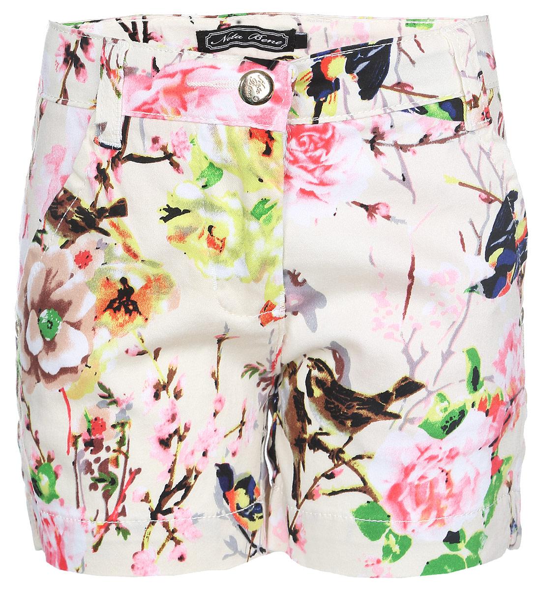 Шорты для девочки Nota Bene, цвет: бежевый, розовый, коричневый. SS161G421-5. Размер 110SS161G421-5Стильные шорты для девочки Nota Bene идеально подойдут юной моднице для отдыха и прогулок. Изготовленные из мягкого эластичного материала, они тактильно приятные, имеют комфортную длину и удобную посадку на фигуре.Модель на талии застегивается на металлическую пуговицу и имеет ширинку на застежке-молнии, а также шлевки для ремня. С внутренней стороны пояс регулируется скрытой резинкой на пуговицах. Спереди расположены два втачных кармана, сзади - два прорезных. Изделие оформлено принтом с изображением цветов и птиц, декорировано нашивкой и металлическими клепками с названием бренда.Современный дизайн и расцветка делают эти шорты модным предметом детской одежды. Обладательница таких шорт всегда будет в центре внимания!