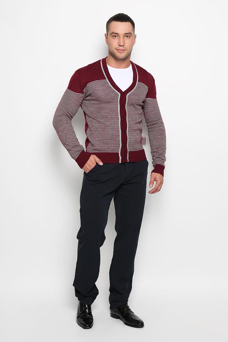 Кардиган мужской Rocawear, цвет: бордовый, белый. R0315S03. Размер XXL (54)R0315S03Стильный мужской кардиган Rocawear выполнен из высококачественного натурального акрила, благодаря чему великолепно сохраняет тепло, позволяет коже дышать и обладает высокой износостойкостью и эластичностью. Модель с длинными рукавами и V-образным вырезом горловины согреет вас в прохладные дни. Кардиган застегивается на пуговицы, манжеты рукавов, низ и вырез горловины связаны резинкой. Теплый вязаный кардиган - идеальный вариант для создания уникального образа. Такая модель будет дарить вам комфорт в течение всего дня и послужит замечательным дополнением к вашему гардеробу.