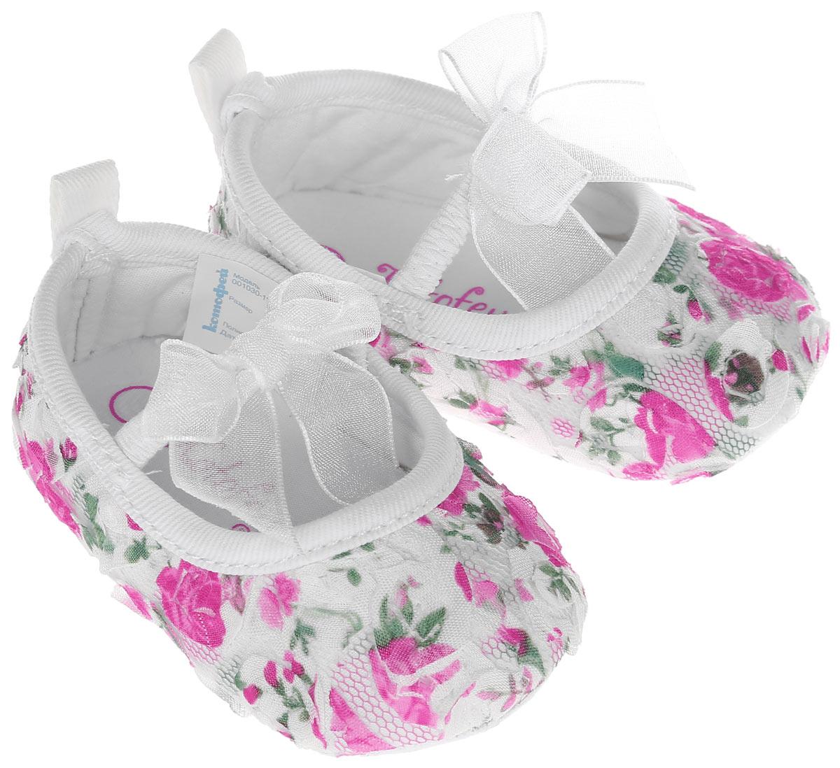 Пинетки для девочки Котофей, цвет: белый, розовый. 001030-11. Размер 18001030-11Красивые пинетки для девочки Котофей великолепно дополнят наряд маленькой модницы. В них ваша малышка будет чувствовать себя комфортно и непринужденно. Мягкий и приятный на ощупь материал бережно удерживает ножку ребенка и обеспечивает необходимую циркуляцию воздуха и гигроскопичность. Пинетки легко надеваются и снимаются, а движения стопы в них остаются свободными. Модель дополнена эластичной резинкой для лучшей фиксации на ножке ребенка. На стопе предусмотрен рельефный рисунок. Изделие декорировано цветочной аппликацией, украшено бантиками. Легкие и комфортные материалы делают эту модель практичной и популярной. Такие пинетки - отличное решение для малышей и их родителей!