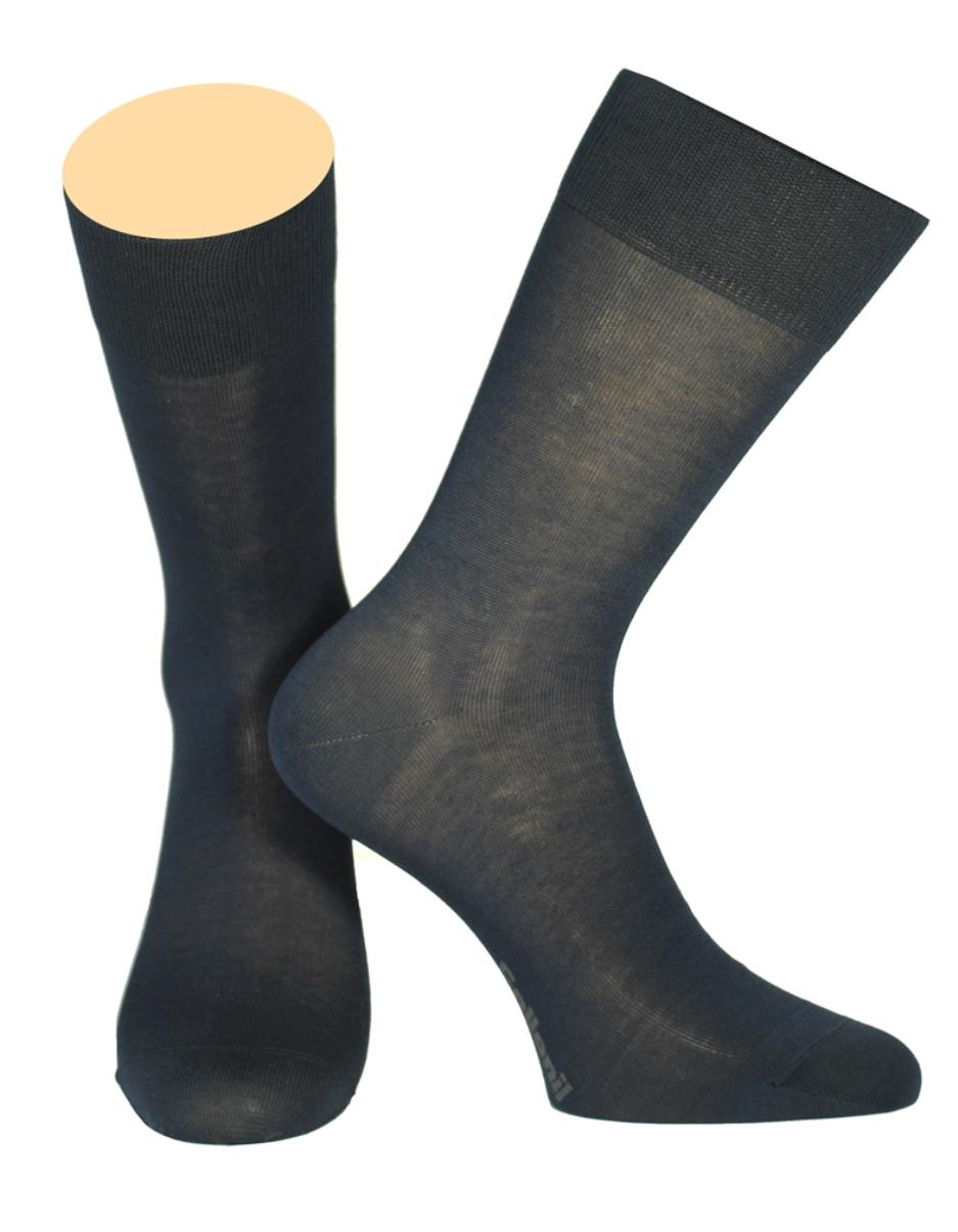 Носки мужские Collonil, цвет: темно-синий. 150/18. Размер 39/41150/18Мужские носки Collonil изготовлены из высококачественного шелка с добавлением хлопка. Материал изделия обеспечивает великолепную посадку на ноге. Шелк обладает исключительными свойствами терморегуляции, он охлаждает когда жарко и держит тепло, когда температура начинает падать. Удлиненная широкая резинка идеально облегает ногу. Носки отличаются элегантным внешним видом. Носки станут отличным дополнением к вашему гардеробу!