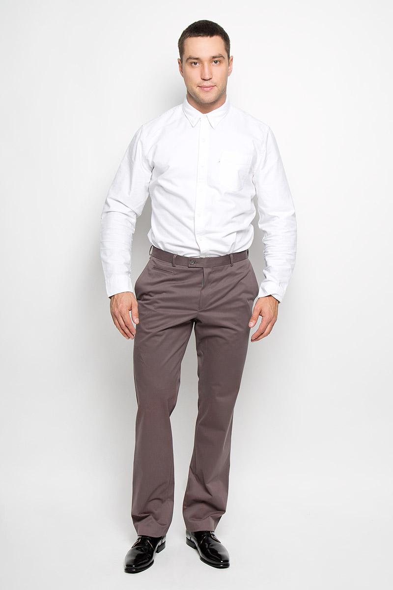 Брюки12.013570Мужские брюки BTC Slim, выполненные из хлопка с добавлением лайкры, отлично дополнят ваш образ. Ткань изделия мягкая, тактильно приятная, позволяет коже дышать. Брюки-слим застегиваются на металлический крючок и пуговицы в поясе и имеют ширинку на застежке- молнии. На брюках предусмотрены шлевки для ремня. Спереди модель дополнена двумя втачными карманами со скошенными краями и небольшим прорезным карманом. Сзади расположен прорезной карман на пуговице. Высокое качество кроя и пошива, актуальный дизайн и расцветка придают изделию неповторимый стиль и индивидуальность. Модель займет достойное место в вашем гардеробе!