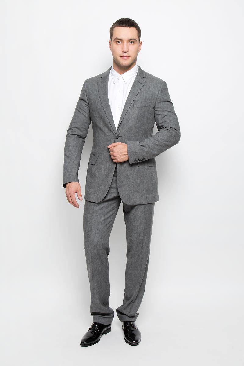 Пиджак мужской BTC Modern, цвет: серый. 12.015679. Размер 54-17612.015679Стильный мужской пиджак BTC Modern изготовлен из высококачественного материала, обеспечивающего комфорт и удобство при носке. Ткань изделия мягкая и тактильно приятная, хорошо пропускает воздух. Подкладка выполнена из полиэстера.Пиджак с длинными рукавами и отложным воротником с лацканами застегивается на две пуговицы. Модель оснащена прорезным карманом на груди и двумя прорезными карманами с клапанами в нижней части изделия. Внутри расположены три прорезных кармана, один из которых застегивается на пуговицу. На спинке предусмотрена центральная шлица. Низ рукавов декорирован пуговицами.Этот модный пиджак станет отличным дополнением к вашему гардеробу!