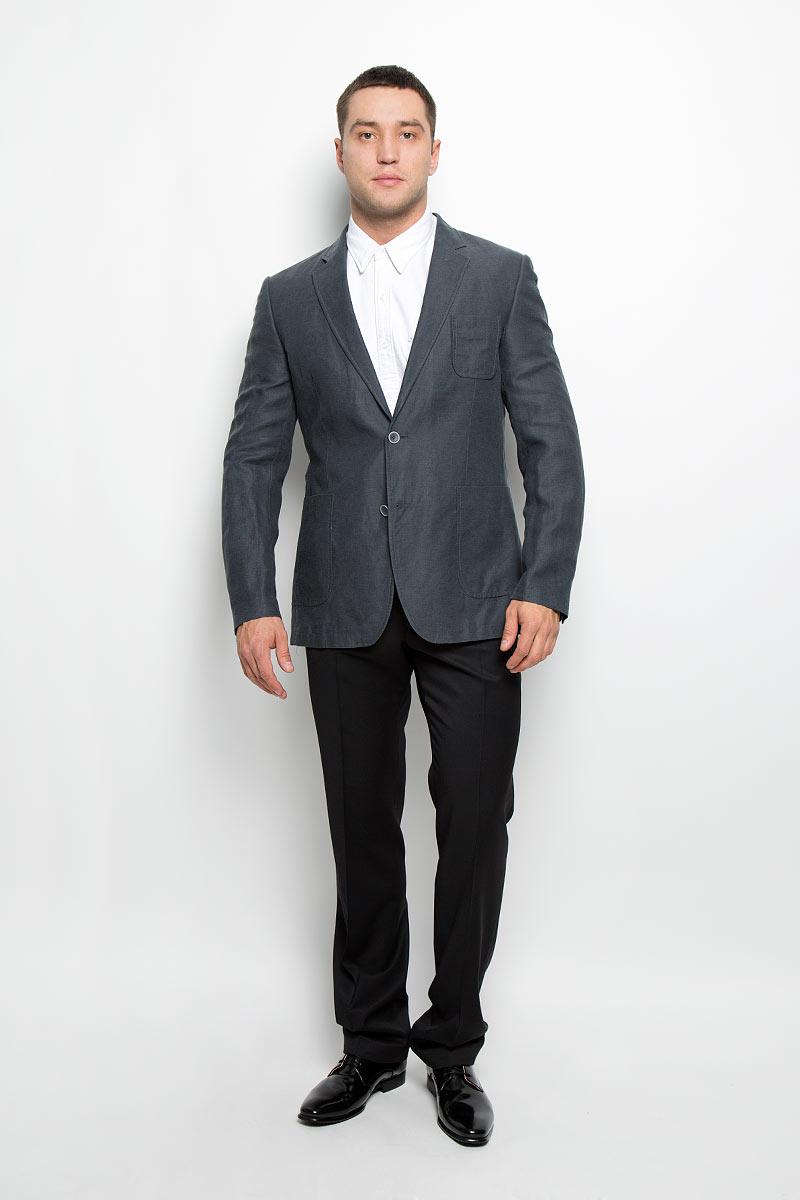 Пиджак мужской BTC, цвет: темно-серый. 12.013549. Размер 52-17012.013549Стильный мужской пиджак BTC изготовлен из высококачественного материала, обеспечивающего комфорт и удобство при носке. Ткань тактильно приятная, хорошо пропускает воздух. Подкладка изделия выполнена из ацетата и вискозы.Пиджак с длинными рукавами и отложным воротником с лацканами застегивается на две пуговицы. Модель оснащена небольшим накладным карманом на груди и двумя накладными карманами в нижней части изделия. Внутри расположены три прорезных кармана, один из которых застегивается на пуговицу. Спинка дополнена двумя шлицами. Низ рукавов декорирован пуговицами.Этот модный пиджак станет отличным дополнением к вашему гардеробу!