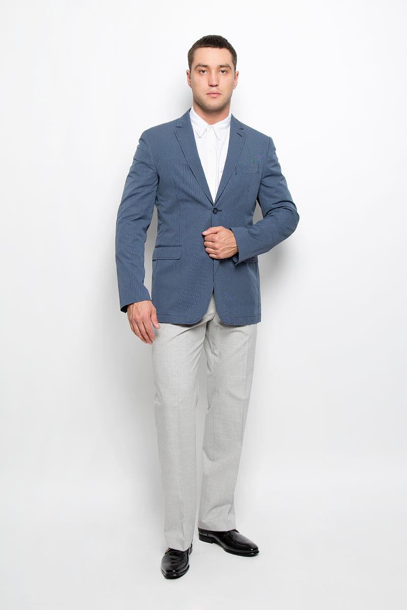 Пиджак мужской BTC, цвет: темно-синий, голубой. 12.013556. Размер 46-18212.013556Стильный мужской пиджак BTC изготовлен из высококачественного материала, обеспечивающего комфорт и удобство при носке. Подкладка изделия выполнена из комбинации хлопка, ацетата и полиамида.Пиджак с длинными рукавами и отложным воротником с лацканами застегивается на две пуговицы. Модель оснащена прорезным карманом на груди и двумя прорезными карманами с клапанами в нижней части изделия. Внутри расположены два прорезных кармана, один из которых застегивается на пуговицу. На спинке предусмотрена шлица, расположенная в среднем шве. Пиджак оформлен принтом в узкую полоску. Низ рукавов декорирован пуговицами.Этот модный пиджак станет отличным дополнением к вашему гардеробу!
