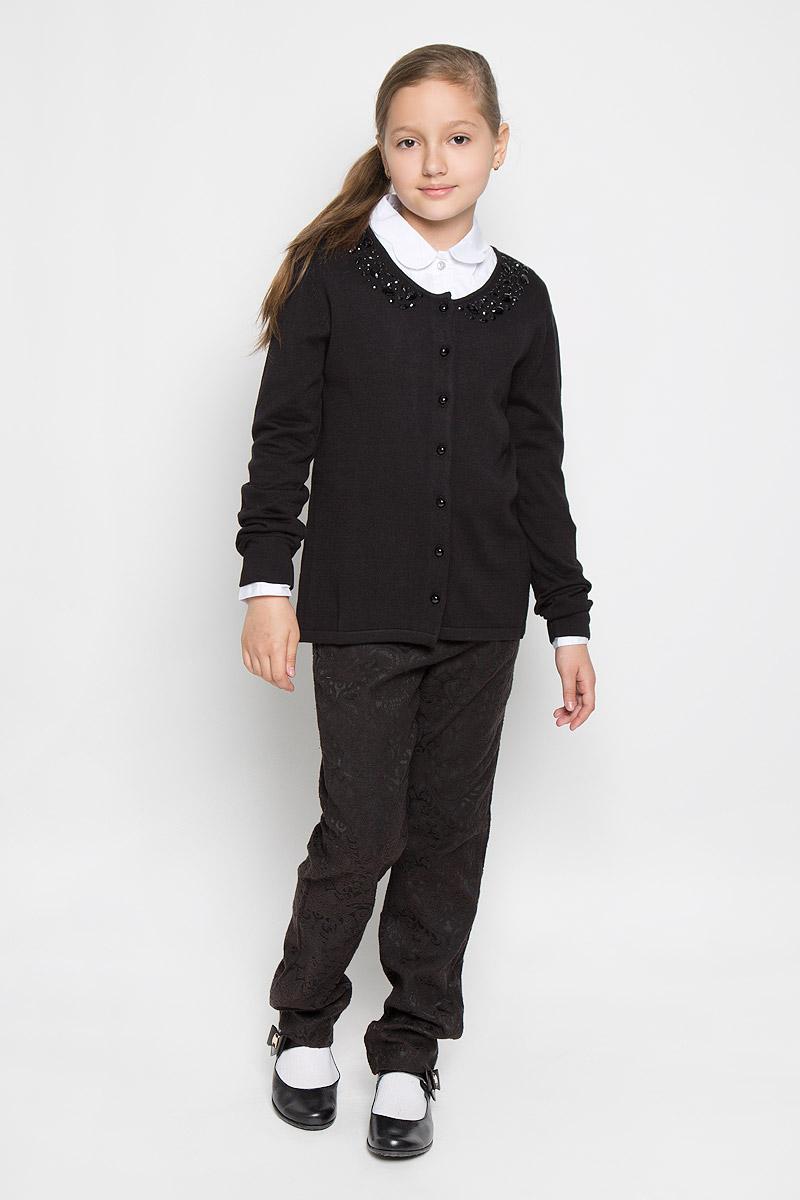 КардиганAW15GS124B-1Стильный кардиган для девочки Nota Bene идеально подойдет для школы и повседневной носки. Изготовленный из вискозы с добавлением хлопка, он мягкий и приятный на ощупь, не сковывает движения и позволяет коже дышать, не раздражает даже самую нежную и чувствительную кожу ребенка, обеспечивая ему наибольший комфорт. Модель с длинными рукавами и круглым вырезом горловины застегивается спереди на пуговицы. Кардиган спереди оформлен крупными и мелкими декоративными бусинами, а сзади названием бренда выложенным из мелких страз. Классический крой позволяет создавать деловые образы в сочетании с рубашками и водолазками. Такой кардиган - хорошая альтернатива пиджаку в прохладное время года. Являясь важным атрибутом школьной моды, он обеспечивает тепло и комфорт.