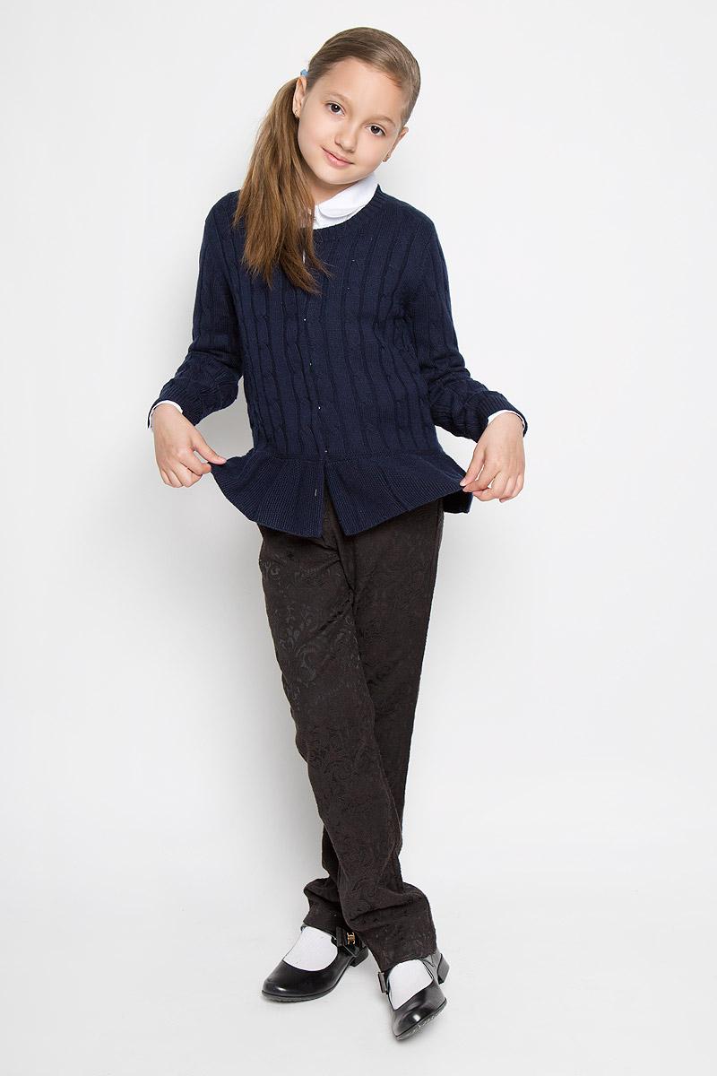 КардиганAW15GS224A-29/AW15GS224B-29Стильный кардиган для девочки Nota Bene идеально подойдет для школы и повседневной носки. Изготовленный из вискозы с добавлением шерсти и нейлона, он мягкий и приятный на ощупь, не сковывает движения и позволяет коже дышать, не раздражает даже самую нежную и чувствительную кожу ребенка, обеспечивая ему наибольший комфорт. Модель с длинными рукавами и круглым вырезом горловины застегивается спереди на кнопки. Манжеты и горловина связаны резинкой. Низ кардигана дополнен небольшой баской. Изделие оформлено узором косичкой. Такой кардиган - хорошая альтернатива пиджаку в прохладное время года. Являясь важным атрибутом школьной моды, он обеспечивает тепло и комфорт.