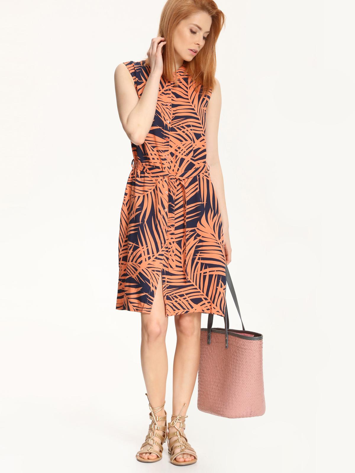 ПлатьеSSU1589BIЭлегантное платье Top Secret, изготовленное из высококачественной вискозы, оно приятное на ощупь не раздражает кожу и хорошо вентилируется. Модель с круглым вырезом горловины без рукавов застегивается спереди по всей длине на застежки-пуговицы. По бокам платье дополнено двумя втачными карманами, а в поясе имеет шлевки для ремня и небольшой контрастный ремешок. Оформлено изделие оригинальным принтом.
