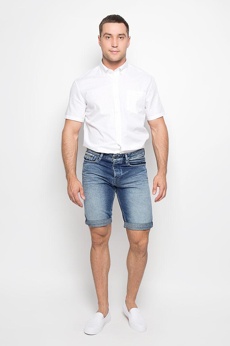 ШортыАМ-4000Стильные и практичные мужские джинсовые шорты Calvin Klein великолепно подойдут для повседневной носки и помогут вам создать незабываемый современный образ. Классическая модель стандартной посадки изготовлена из натурального хлопка, благодаря чему великолепно пропускает воздух, обладает высокой гигроскопичностью и превосходно сидит. Шорты застегиваются на ширинку на пуговицах. На поясе расположены шлевки для ремня. Шорты имеют классический пятикарманный крой: они оснащены двумя втачными карманами и небольшим накладным кармашком спереди, и двумя втачными карманами сзади. Эти модные и в тоже время удобные шорты станут великолепным дополнением к вашему гардеробу. В них вы всегда будете чувствовать себя уверенно и комфортно.