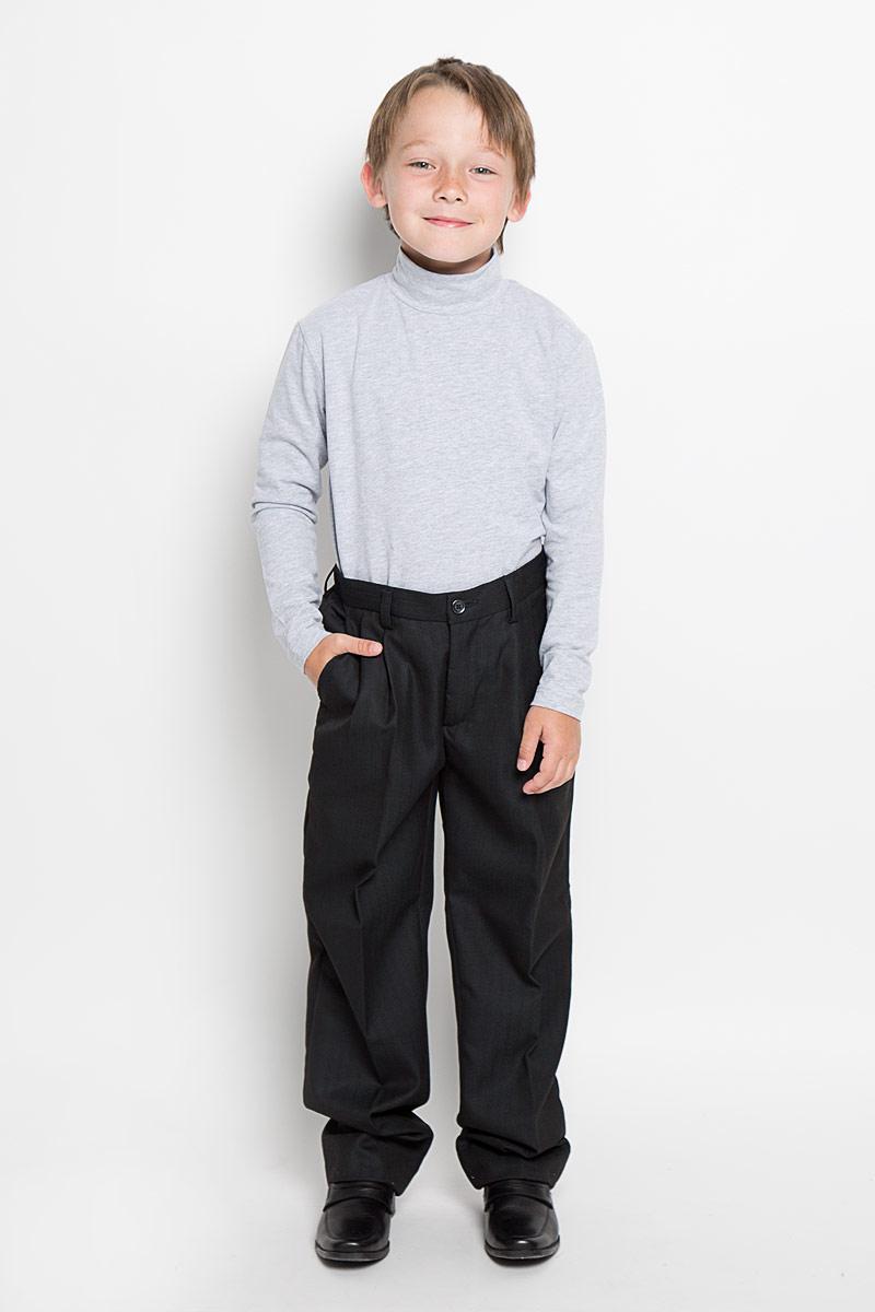 Брюки27093Классические брюки для мальчика Imperator - основа повседневного школьного гардероба. Изготовленные из высококачественного материала с добавлением вискозы, они мягкие и приятные на ощупь, не сковывают движения и позволяют коже дышать, не раздражают даже самую нежную и чувствительную кожу ребенка, обеспечивая ему наибольший комфорт. Брюки прямого покроя с заутюженными стрелками на талии застегиваются на пластиковую пуговицу и имеют ширинку на застежке-молнии и шлевки для ремня. Спереди изделие дополнено двумя втачными карманами с косыми краями. Неширокие складочки возле карманов придают оригинальность модели. По спинке пояс присборен на эластичную резинку для лучшего прилегания. Эта универсальная модель, подходящая под различные варианты жакетов, пиджаков, джемперов и водолазок.