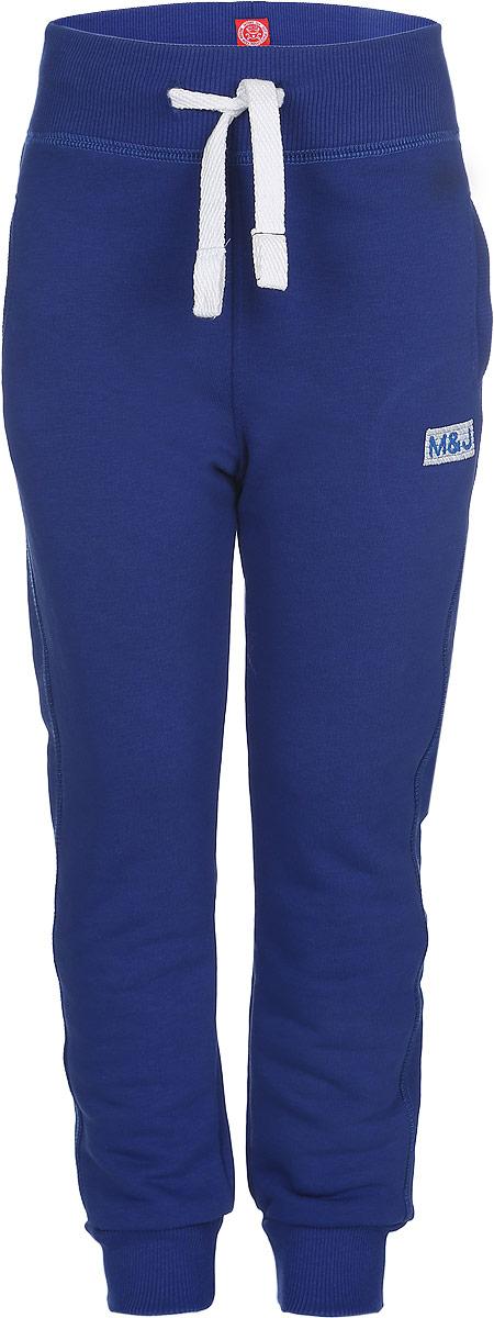 Брюки для мальчика Modniy Juk MJ, цвет: синий. 15В00160700. Размер 28 (110)15В00160700Удобные брюки для мальчика Modniy Juk MJ идеально подойдут вашему ребенку для отдыха, прогулок или занятий спортом. Изготовленные из хлопка с добавлением полиэстера, они необычайно мягкие и приятные на ощупь, не сковывают движения, сохраняют теплои позволяют коже дышать, не раздражают даже самую нежную и чувствительную кожу ребенка, обеспечивая наибольший комфорт. Лицевая сторона гладкая, а изнаночная - с мягким теплым начесом. Брюки спортивного стиля на талии имеют широкую эластичную резинку, благодаря чему, они не сдавливают живот ребенка и не сползают. Объем талии регулируется с помощью шнурка. По бокам модель дополнена двумя прорезными кармашками. Спереди брюки оформлены вышитым названием бренда M&J, а сзади небольшим накладным кармашком.Снизу брючины дополнены широкими трикотажными манжетами.Такие брюки станут модным и стильным предметом детского гардероба.
