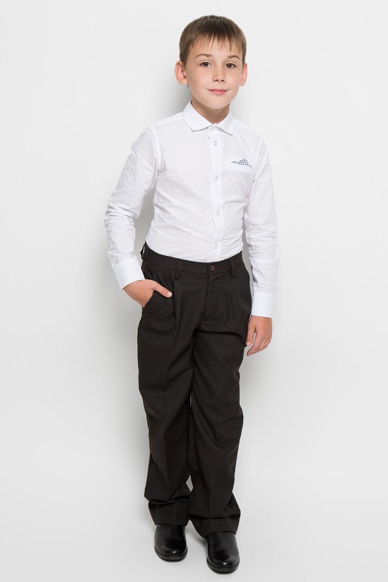 Брюки для мальчика Imperator, цвет: темно-коричневый. 26303. Размер 36/152, 13-14 лет26303Классические брюки для мальчика Imperator - основа повседневного школьного гардероба. Изготовленные из высококачественного материала с добавлением вискозы, они мягкие и приятные на ощупь, не сковывают движения и позволяют коже дышать, не раздражают даже самую нежную и чувствительную кожу ребенка, обеспечивая ему наибольший комфорт. Брюки прямого покроя с заутюженными стрелками и выработкой по ткани на талии застегиваются на пластиковую пуговицу и скрытый брючный крючок. Также имеют ширинку на застежке-молнии и шлевки для ремня. Спереди изделие дополнено двумя втачными карманами с косыми краями. Неширокие складочки возле карманов придают оригинальность модели. Прорезиненная вставка на внутренней части пояса не позволит рубашке или водолазке вылезать.Эта универсальная модель, подходящая под различные варианты жакетов, пиджаков, джемперов и водолазок.