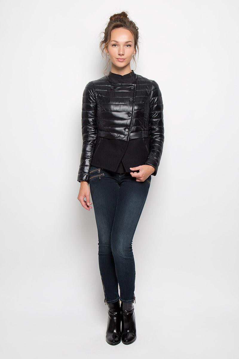 КурткаJaylee6721_BlueЖенская куртка Calvin Klein Jeans отлично подойдет для прохладной погоды. Верхняя часть модели выполнена из 100% нейлона, а нижняя из плотного пальтового материала. Подкладка изделия выполнена из нейлона. Куртка с круглым вырезом горловины и длинными рукавами спереди имеет асимметричную застежку на кнопки. Низ рукавов оформлен застежками-молниями. Спереди куртка дополнена двумя прорезными карманами на молниях. Очень комфортная и стильная куртка будет прекрасным выбором для повседневной носки и подчеркнет вашу индивидуальность.