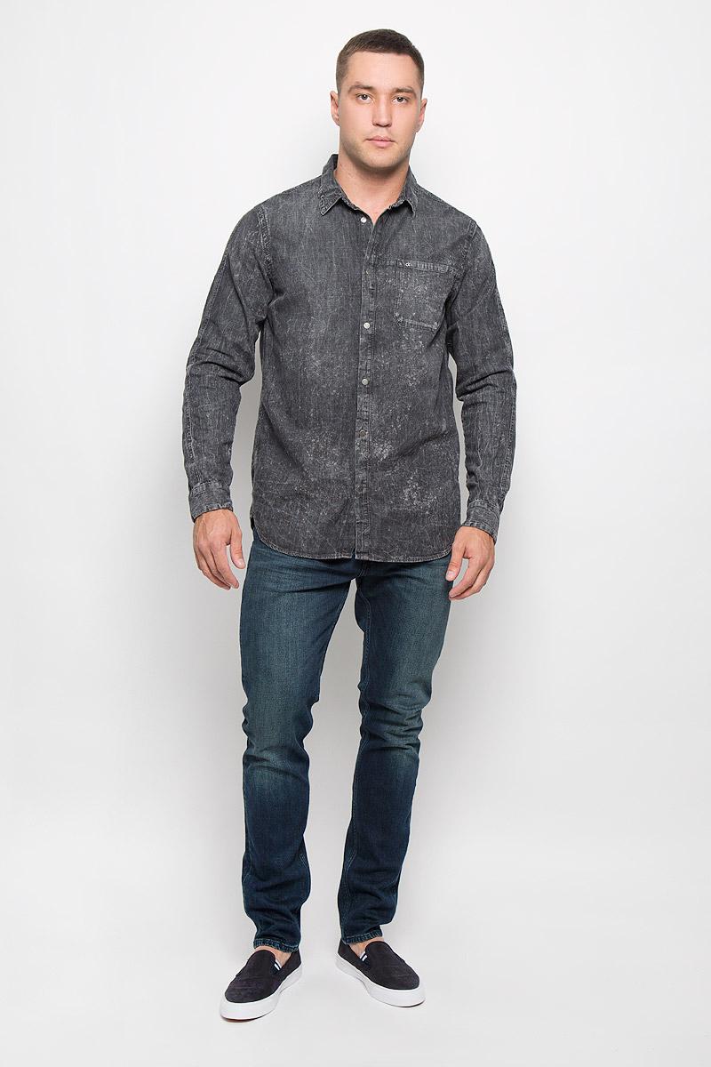 Рубашка мужская Calvin Klein Jeans, цвет: темно-серый. J30J300522_9160. Размер M (48)R0216Т13Стильная мужская рубашка Calvin Klein Jeans, выполненная из натурального хлопка, подчеркнет ваш уникальный стиль и поможет создать оригинальный образ. Такой материал великолепно пропускает воздух, обеспечивая необходимую вентиляцию, а также обладает высокой гигроскопичностью. Рубашка с длинными рукавами и отложным воротником застегивается на кнопки спереди. Манжеты рукавов также застегиваются на кнопки, на груди расположен накладной карман. Рубашка оформлена оригинальным вареным узором. Классическая рубашка - превосходный вариант для базового мужского гардероба и отличное решение на каждый день.Такая рубашка будет дарить вам комфорт в течение всего дня и послужит замечательным дополнением к вашему гардеробу.