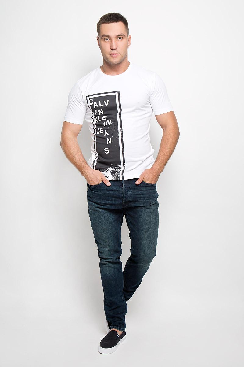 ФутболкаR0216Т11Стильная мужская футболка Calvin Klein Jeans, выполненная из эластичного хлопка, обладает высокой теплопроводностью, воздухопроницаемостью и гигроскопичностью. Она необычайно мягкая и приятная на ощупь, не сковывает движения и превосходно пропускает воздух. Такая футболка отлично подойдет как для занятия спортом, так и для повседневной носки. Модель с короткими рукавами и круглым вырезом горловины - идеальный вариант для создания модного современного образа. Футболка оформлена крупным контрастным принтом в виде прямоугольника с надписью Calvin Klein. Эта модель подарит вам комфорт в течение всего дня и послужит замечательным дополнением к вашему гардеробу.