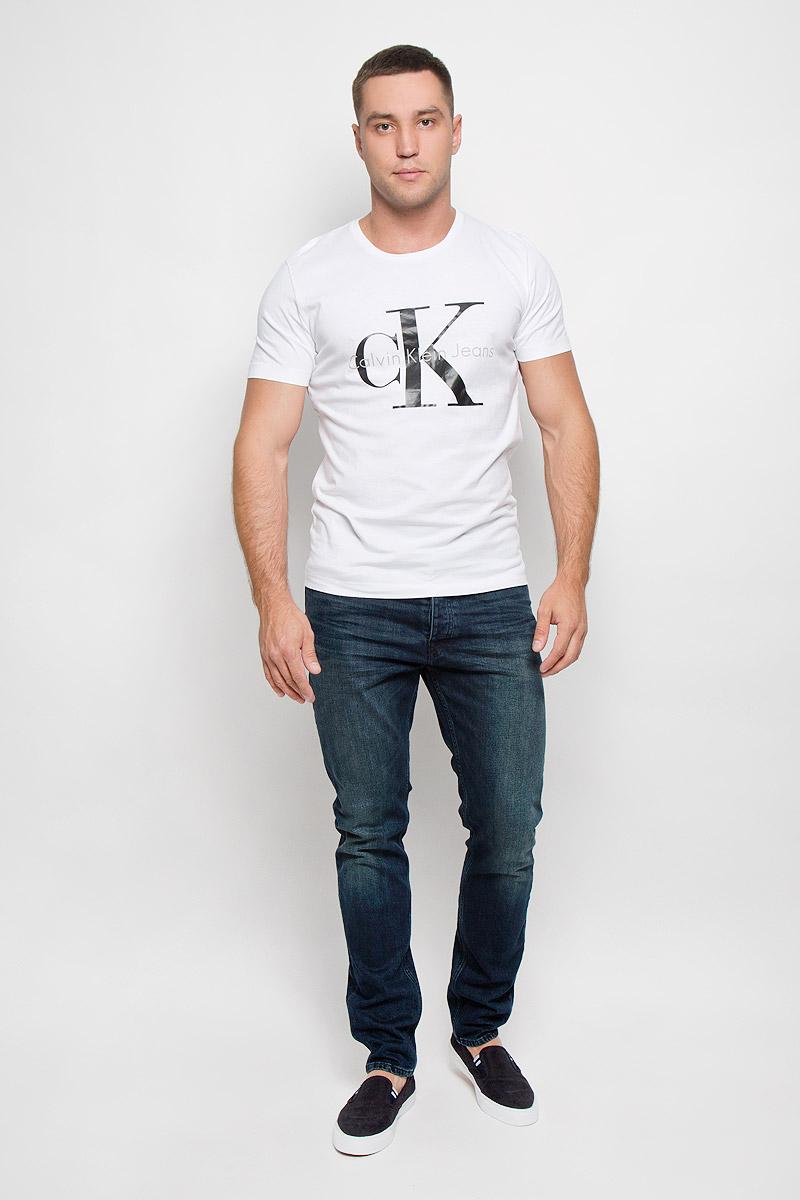 ФутболкаJ3IJ302251_4880Стильная мужская футболка Calvin Klein Jeans, выполненная из натурального хлопка, обладает высокой теплопроводностью, воздухопроницаемостью и гигроскопичностью. Она необычайно мягкая и приятная на ощупь, не сковывает движения и превосходно пропускает воздух. Такая футболка отлично подойдет как для занятий спортом, так и для повседневной носки. Модель с короткими рукавами и круглым вырезом горловины - идеальный вариант для создания модного современного образа. Футболка оформлена крупным контрастным принтом с логотипом Calvin Klein. Эта модель подарит вам комфорт в течение всего дня и послужит замечательным дополнением к вашему гардеробу.