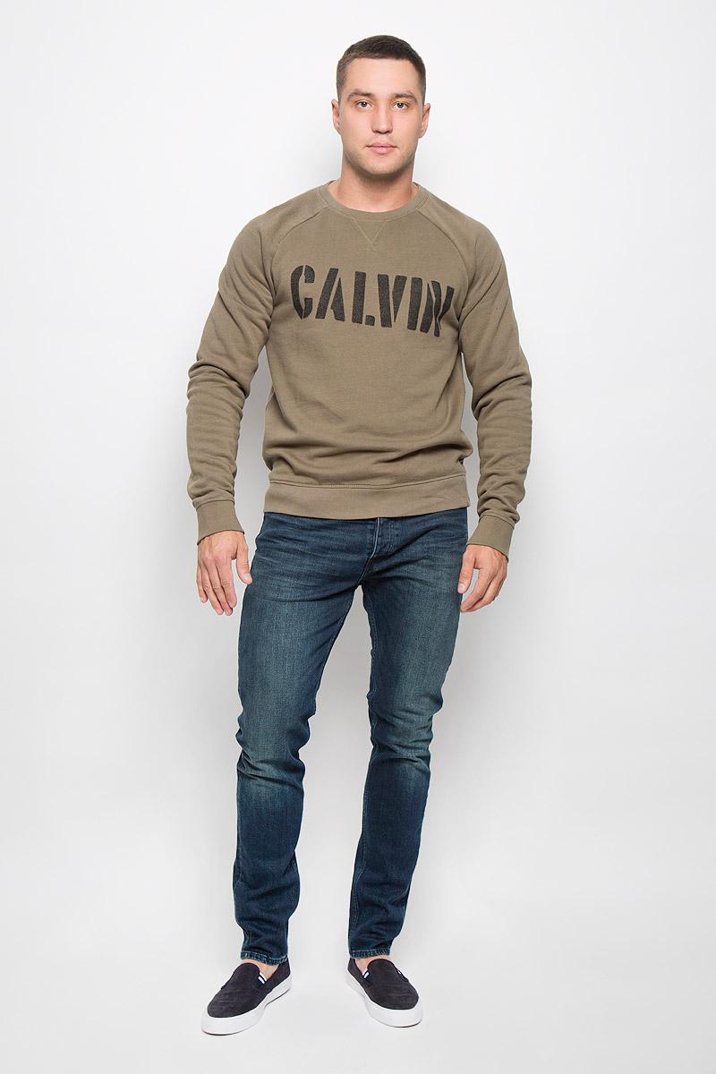 СвитшотSSZ0737GRСтильный мужской свитшот Calvin Klein Jeans, изготовленный из высококачественного хлопка с добавлением полиэстера, мягкий и приятный на ощупь, не сковывает движений и обеспечивает наибольший комфорт. Такой свитшот великолепно пропускает воздух, позволяя коже дышать, и обладает высокой гигроскопичностью, а также превосходно отводит влагу от тела, оставляя кожу сухой после занятий спортом. Модель свободного кроя с круглым вырезом горловины и длинными рукавами-реглан оформлена крупным принтом с надписью Calvin. Манжеты рукавов, воротник и низ изделия дополнены трикотажными резинками. Этот свитшот - настоящее воплощение комфорта, он послужит отличным дополнением к вашему гардеробу. В нем вы будете чувствовать себя уютно в прохладное время года.