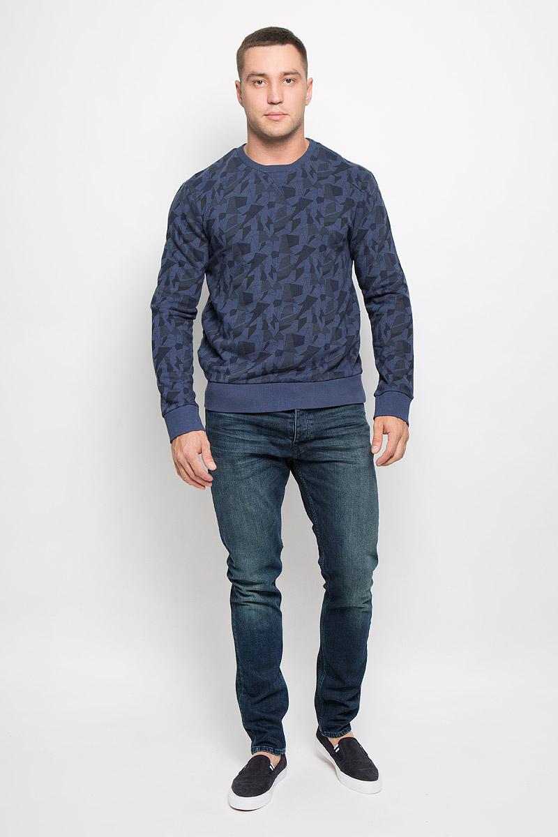 Свитшот мужской Calvin Klein Jeans, цвет: темно-синий. J30J300145_4870. Размер XL (54)R0216Т13Стильный мужской свитшот Calvin Klein Jeans, изготовленный из высококачественного натурального хлопка, мягкий и приятный на ощупь, не сковывает движений и обеспечивает наибольший комфорт. Такой свитшот великолепно пропускает воздух, позволяя коже дышать, и обладает высокой гигроскопичностью.Модель свободного кроя с круглым вырезом горловины и длинными рукавами оформлена геометрическим принтом. Манжеты рукавов, воротник и низ изделия дополнены трикотажными резинками. Этот свитшот - настоящее воплощение комфорта, он послужит отличным дополнением к вашему гардеробу. В нем вы будете чувствовать себя уютно в прохладное время года.