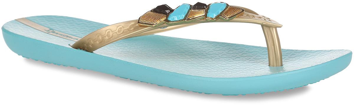Сланцы женские Ipanema Premium Gem, цвет: голубой, золотистый. 81652-21377. Размер BRA 35 (36)81652-21377Стильные женские сланцы Premium Gem от Ipanema очаруют вас с первого взгляда. Модель полностью выполнена из поливинилхлорида и оформлена на ремешке металлическим декоративным элементом, украшенным камнями. Ремешки с перемычкой гарантируют надежную фиксацию модели на ноге. Рифление на верхней поверхности подошвы предотвращает выскальзывание ноги. Рельефное основание подошвы обеспечивает уверенное сцепление с любой поверхностью. Удобные сланцы прекрасно подойдут для похода в бассейн или на пляж.