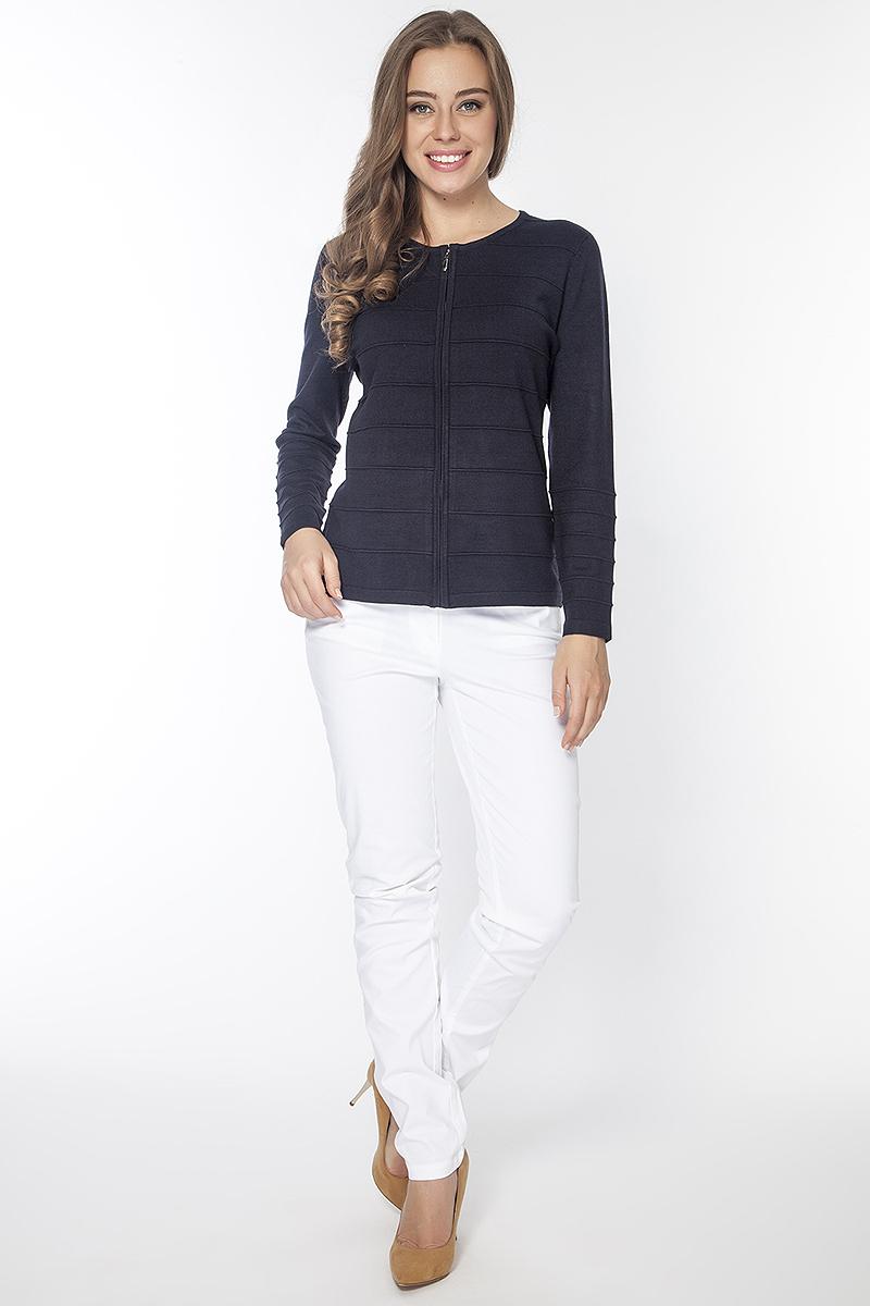БрюкиP3038Брюки джинсового покроя из хлопковой ткани застегиваются на пуговицу в поясе и ширинку на молнии, имеются шлевки для ремня. Спереди модель дополнена двумя прорезными карманами, сзади двумя накладными.