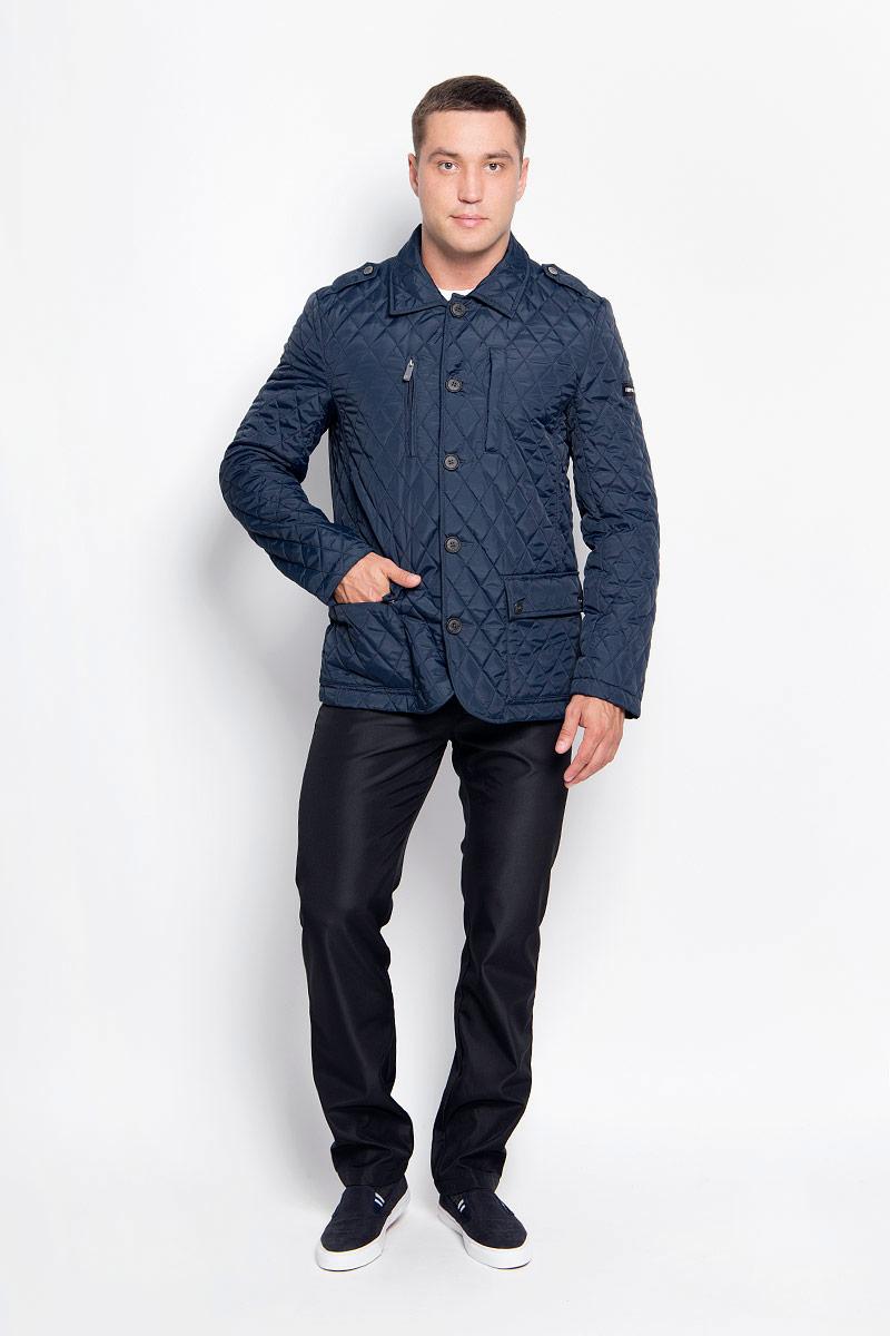 Куртка мужская Finn Flare, цвет: темно-синий. A16-22007_101. Размер M (48)A16-22007_101Стильная мужская куртка Finn Flare превосходно подойдет для прохладных дней. Куртка выполнена из полиэстера, отлично защищает от дождя и ветра, а наполнитель из синтепона превосходно сохраняет тепло. Модель с длинными рукавами и отложным воротником застегивается на крупные пластиковые пуговицы спереди. Изделие дополнено двумя накладными карманами на клапанах с кнопками, нагрудным карманом на застежке-молнии и карманом на кнопках спереди, а также внутренним карманом на липучке и карманом на пуговице. Куртка оформлена стегаными узором.Эта модная и в то же время комфортная куртка согреет вас в прохладное время года и отлично подойдет как для прогулок, так и для активного отдыха.