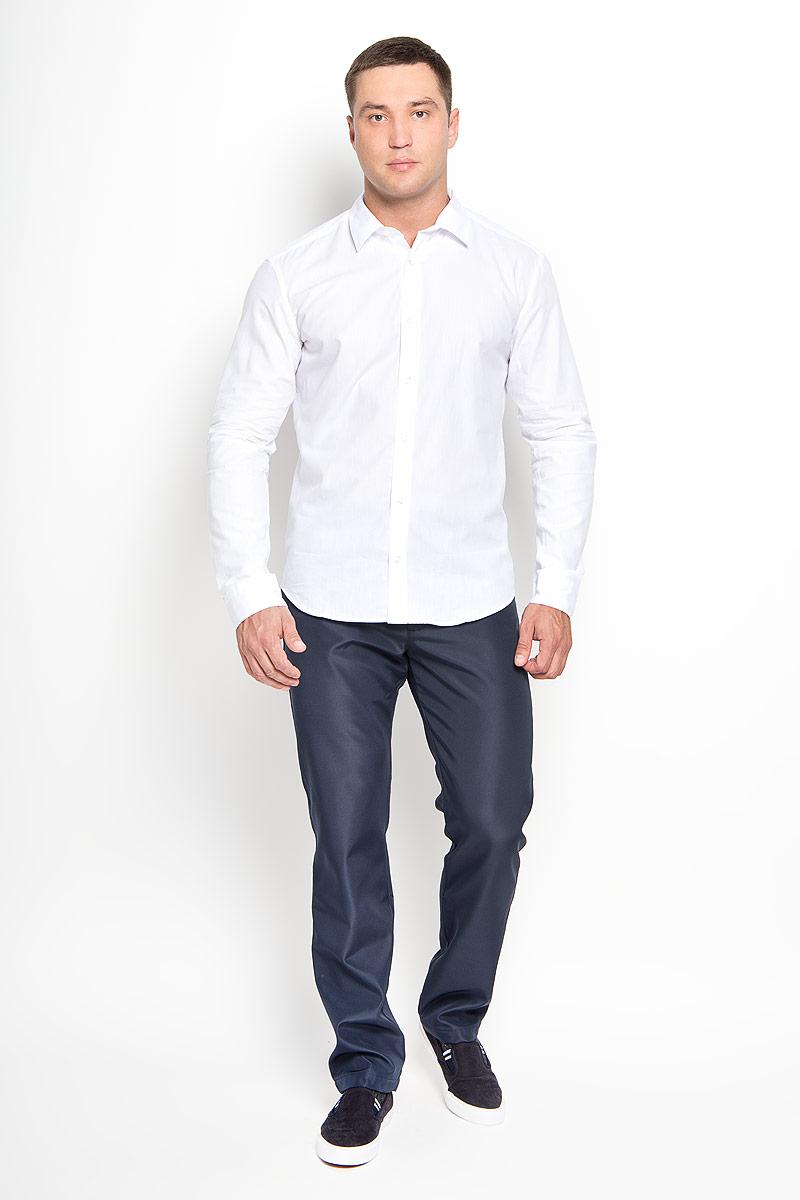 РубашкаA16-21033_201Стильная мужская рубашка Finn Flare, выполненная из натурального хлопка, подчеркнет ваш уникальный стиль и поможет создать оригинальный образ. Такой материал великолепно пропускает воздух, обеспечивая необходимую вентиляцию, а также обладает высокой гигроскопичностью. Рубашка с длинными рукавами и отложным воротником застегивается на пуговицы спереди. Манжеты рукавов также застегиваются на пуговицы. Классическая рубашка - превосходный вариант для базового мужского гардероба и отличное решение на каждый день. Такая рубашка будет дарить вам комфорт в течение всего дня и послужит замечательным дополнением к вашему гардеробу.