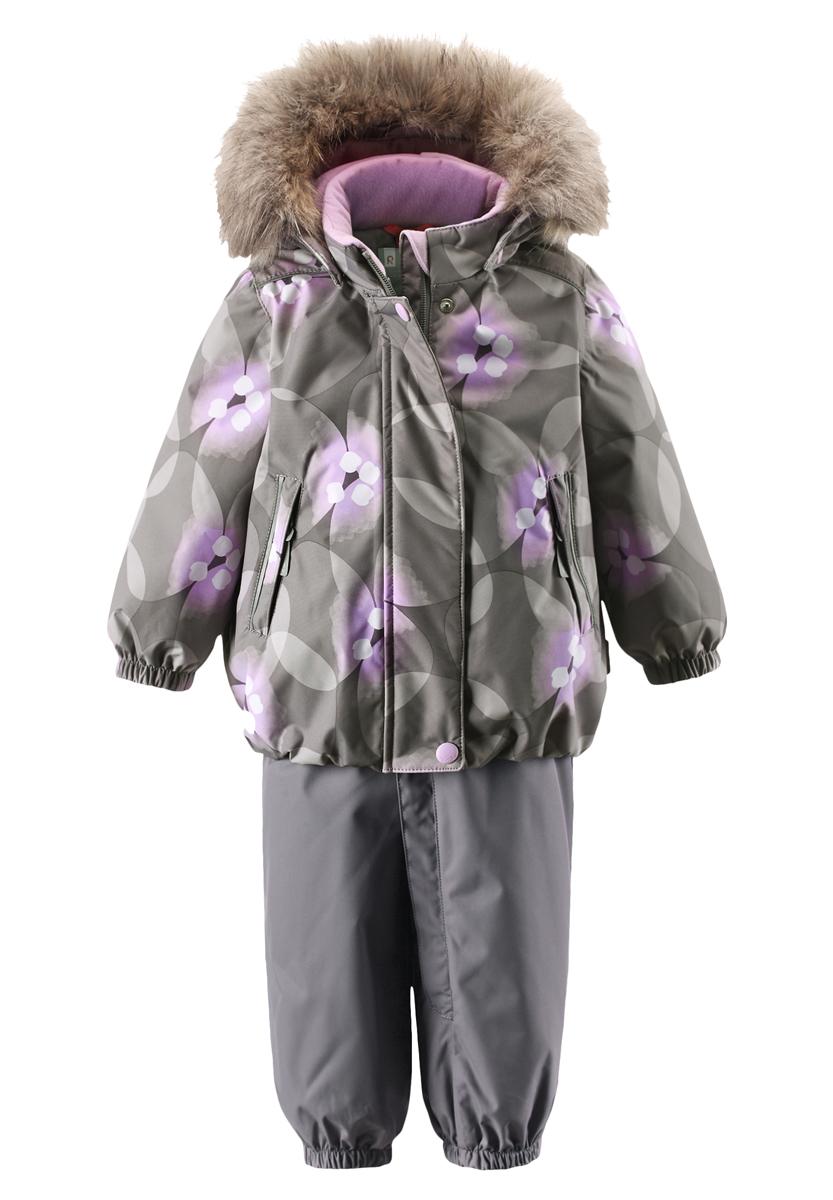 Комплект верхней одежды513102R-9392Благодаря чудесному цветочному рисунку этот непромокаемый зимний комплект для малышей сделает морозное утро веселее! Зимняя куртка и брюки для малышей изготовлены из водо- и ветронепроницаемого, дышащего материала с водо- и грязеотталкивающей поверхностью. Все швы в куртке и брюках проклеены и водонепроницаемы, поэтому неожиданный снегопад или дождь не помешает веселым играм на свежем воздухе! Эта куртка с подкладкой из гладкого полиэстера легко надевается, ее очень удобно носить с теплым промежуточным слоем. Куртка прямого кроя с безопасным съемным капюшоном. Капюшон обеспечивает дополнительную безопасность во время активных прогулок - кнопки легко отстегиваются, если капюшон случайно за что-нибудь зацепится. Брюки с высокой талией и регулируемыми подтяжками будут сидеть точно по фигуре, а длинная молния спереди облегчит надевание. Благодаря дополнительной вставке из ватина малыши не замерзнут, сидя на снегу или катаясь с горы. Брючины с прочными силиконовыми штрипками на концах не...