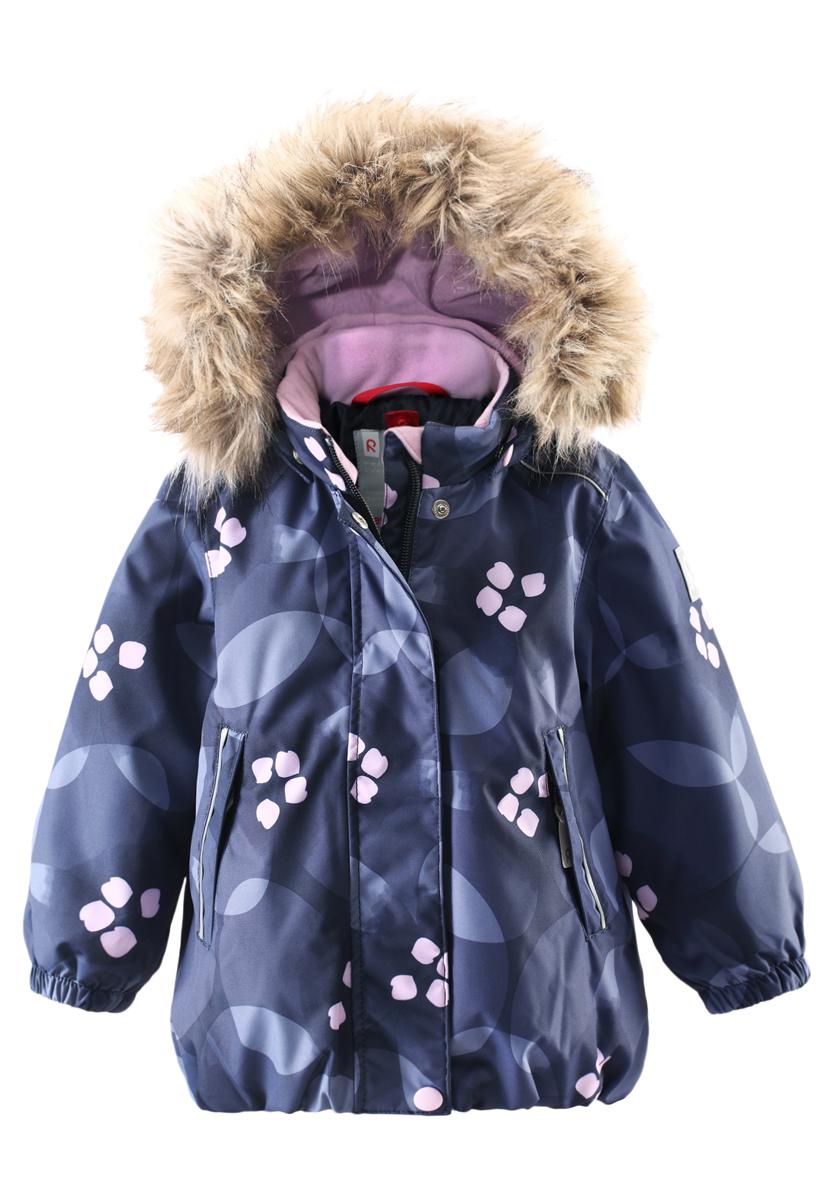 Куртка511228B-4908Зимняя мембранная куртка для малышей пошита из водо- и ветронепроницаемого, пропускающего воздух материала, который отталкивает грязь и влагу. Все швы куртки от Reimatec проклеены, водонепроницаемы, чтобы никакая погода не смогла помешать весёлым зимним приключениям! Ткань пропускает воздух, поэтому ребёнок не вспотеет, как бы быстро он ни двигался. Куртка с подкладкой из гладкого полиэстера легко надевается и удобно носится с тёплым промежуточным слоем. Вы заметили, что к куртке можно легко пристегнуть многие из промежуточных слоёв Reima? Благодаря удобным кнопкам для пристегивания промежуточного слоя к верхней одежде по системе PlayLayers, многие флисовые кофты можно пристегнуть к куртке, чтобы малышу было теплее и комфортнее. Съёмный регулируемый капюшон не только защищает от холодного ветра, но и безопасен во время игр на свежем воздухе! Если закреплённый кнопками капюшон зацепится за что-нибудь, он легко отстегнётся. Когда пойдёте гулять, в карманы на молниях можно положить...
