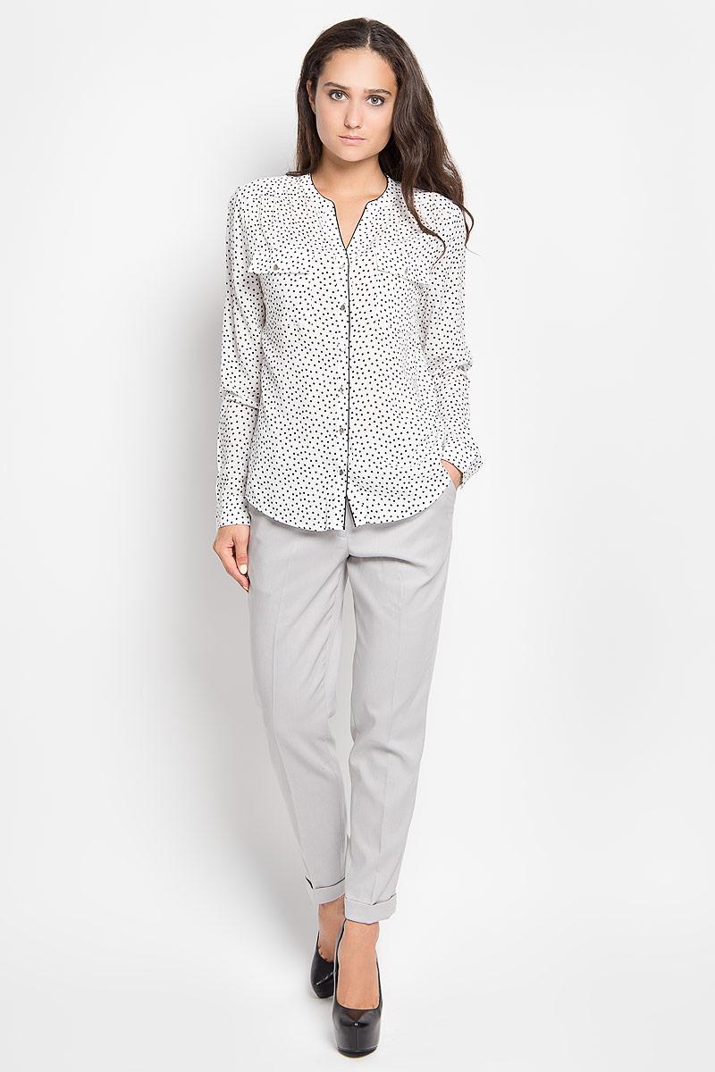 Блузка женская Sela Casual, цвет: белый, черный. B-112/1043-6391. Размер 42B-112/1043-6391Стильная женская блуза Sela, выполненная из 100% вискозы, подчеркнет ваш уникальный стиль и поможет создать оригинальный женственный образ.Модель с V-образным вырезом горловины и длинными рукавами застегивается на пуговицы по всей длине. Низ рукавов дополнен манжетами на пуговицах. Спереди блуза дополнена двумя накладными карманами с клапанами на пуговицах. Спинка модели немного удлинена. Изделие оформлено принтом в горох.Такая блузка будет дарить вам комфорт в течение всего дня и послужит замечательным дополнением к вашему гардеробу.