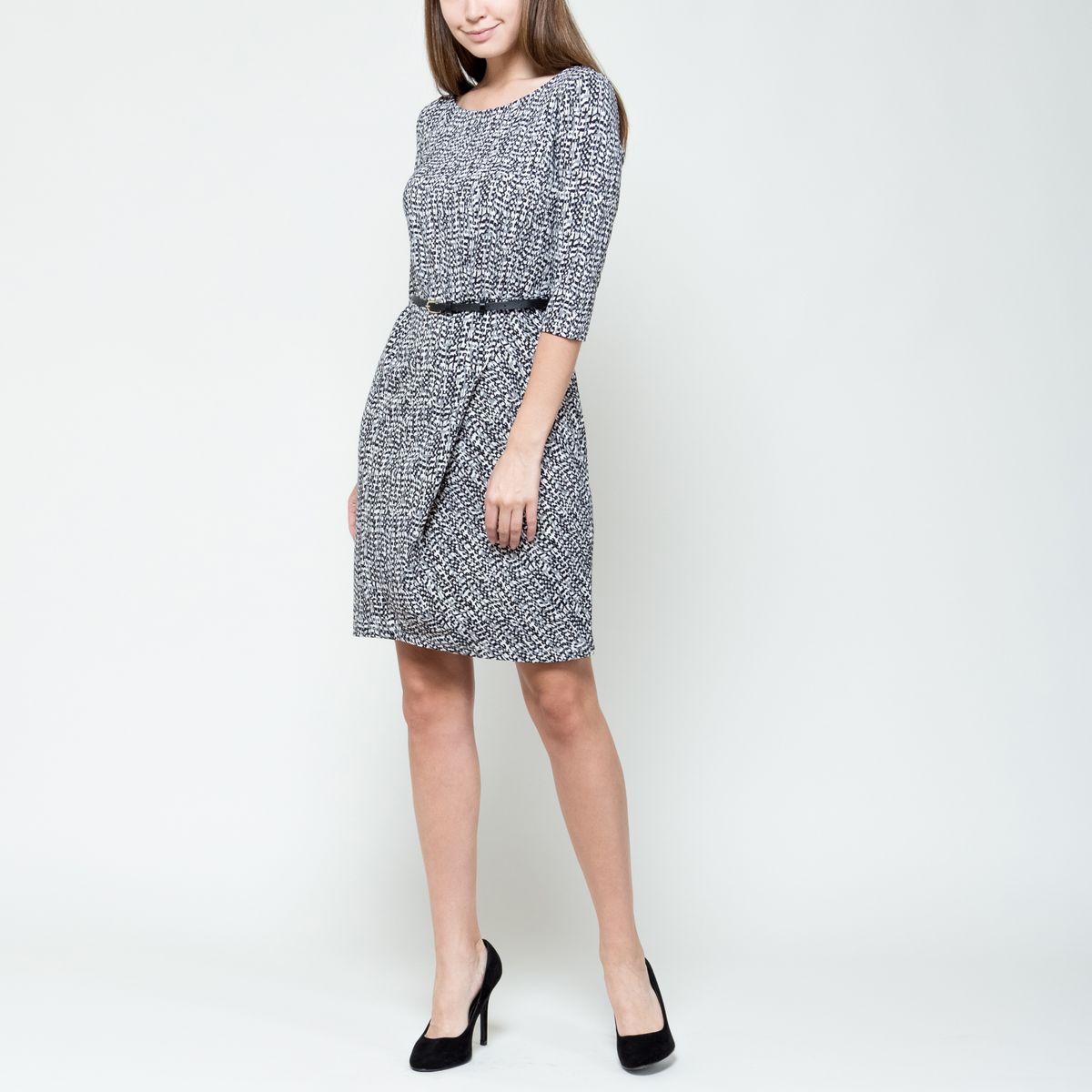 Платье Sela, цвет: черный, серый, белый. DK-117/1017-6391. Размер L (48)DK-117/1017-6391Модное платье Sela выполнено из эластичного полиэстера.Платье-миди с круглым вырезом горловины и рукавами 3/4 оформлено оригинальным принтом. На талии изделие дополнено стильным ремнем с металлической пряжкой.