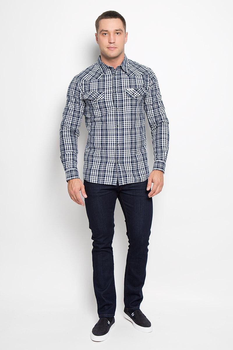 РубашкаW57168RRQМужская рубашка Wrangler, выполненная из натурального хлопка, прекрасно дополнит ваш образ. Материал очень мягкий и приятный на ощупь, не сковывает движения и позволяет коже дышать. Рубашка приталенного кроя с длинными рукавами и отложным воротником застегивается спереди на кнопки по всей длине и на пуговицу сверху. Манжеты имеют застежки-кнопки. Изделие оформлено принтом в клетку, украшено фирменной нашивкой. Такая модель будет дарить вам комфорт в течение всего дня и станет стильным дополнением к вашему гардеробу!