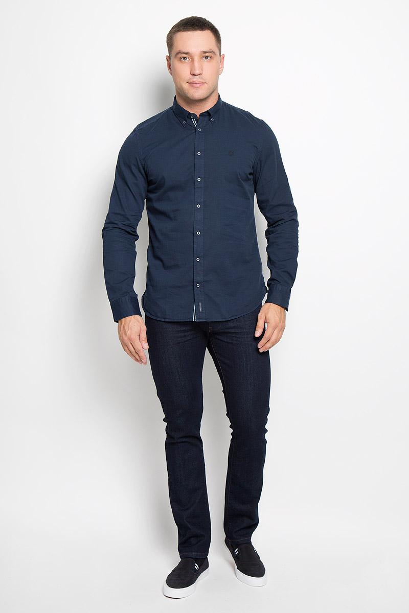 Рубашка166842076-873Мужская рубашка Marc OPolo изготовлена из натурального хлопка. Изделие очень мягкое и приятное на ощупь, не сковывает движения и хорошо пропускает воздух. Рубашка с отложным воротником и длинными рукавами имеет слегка приталенный силуэт. Она застегивается на пуговицы по всей длине. Манжеты на рукавах также имеют застежки-пуговицы. Изделие украшено вышитым фирменным логотипом. Такая модель будет дарить вам комфорт в течение всего дня и станет стильным дополнением к вашему гардеробу!