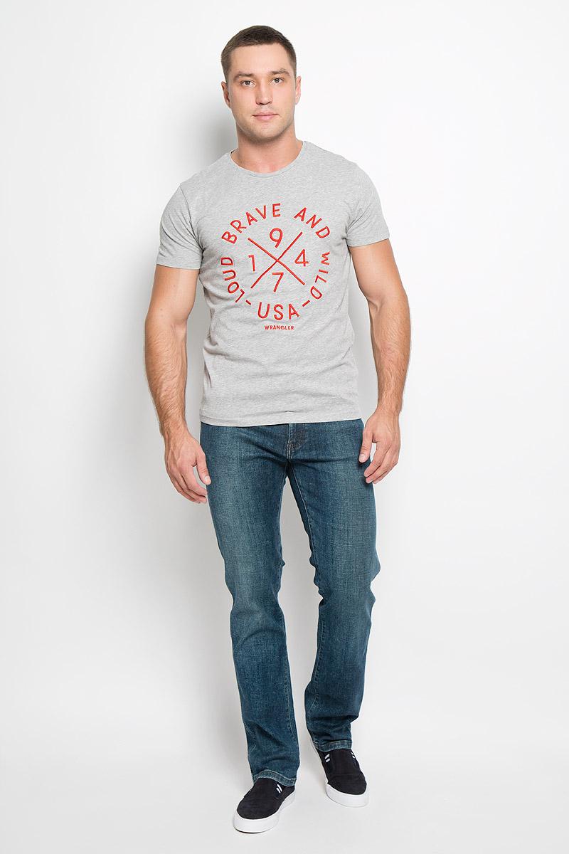 ДжинсыW1217777EСтильные мужские джинсы Wrangler Texas - джинсы высочайшего качества, которые прекрасно сидят. Модель слегка зауженного к низу кроя и средней посадки изготовлена из хлопка с добавлением эластана, не сковывает движения и дарит комфорт. Джинсы на талии застегиваются на металлическую пуговицу, а также имеют ширинку застежке-молнии и шлевки для ремня. Спереди модель дополнена двумя втачными карманами и одним небольшим накладным кармашком, а сзади - двумя большими накладными карманами. Джинсы оформлены небольшими потертостями. Эти модные и в тоже время удобные джинсы помогут вам создать оригинальный современный образ. В них вы всегда будете чувствовать себя уверенно и комфортно.