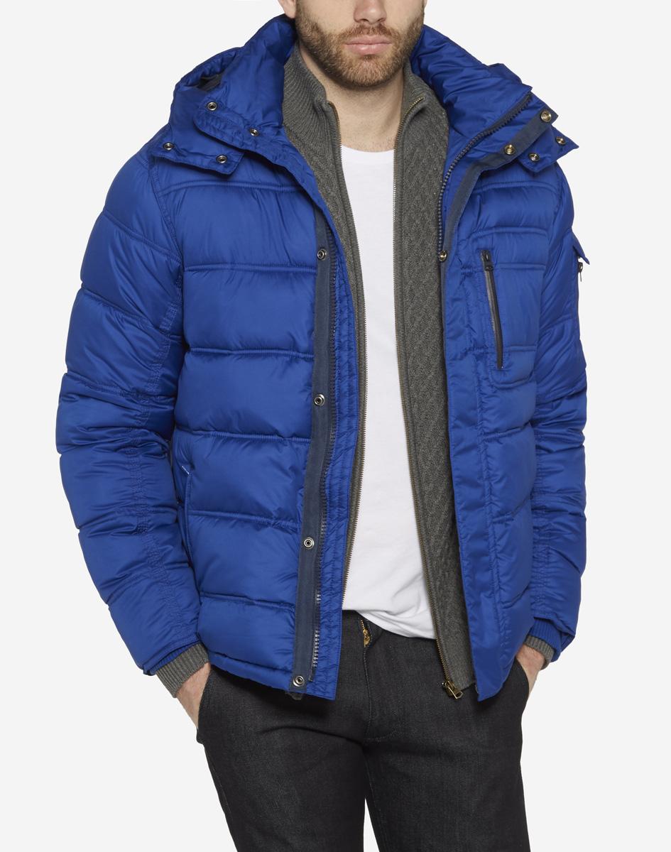КурткаW4625WN6UСтильная мужская куртка Wrangler, изготовлена из водозащитной ткани с утеплителем из синтепона. Куртка с отстегивающимся капюшоном и воротником-стойкой застегивается на пластиковую застежку-молнию и дополнительно имеет ветрозащитный клапан на кнопках. По бокам модель дополнена двумя прорезными карманами на молниях, а на груди - одним прорезным кармашком на застежке-молнии. Капюшон, регулируемый эластичной кулиской, пристегивается с помощью молнии. Рукава дополнены внутренними широкими трикотажными манжетами.