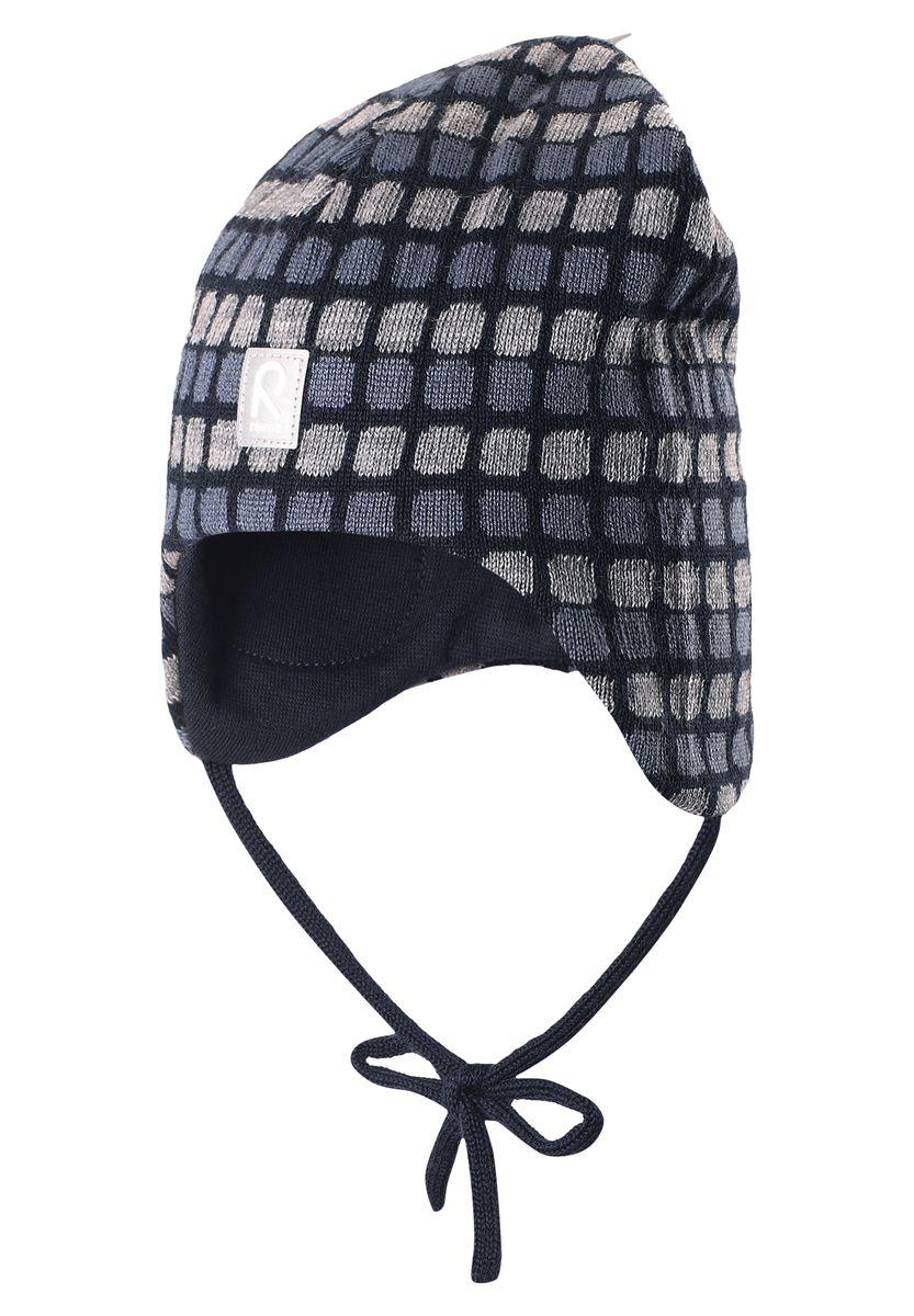 Шапка детская Reima Innokas, цвет: синий, серый. 518362-6980. Размер 48518362-6980Отличная модель для ранних зимних дней! Эта забавная шапочка сделана из теплой шерстяной вязки и имеет с внутренней стороны удобную подкладку из хлопчатобумажного трикотажа. Вставки в области ушей еще больше защищают маленькие ушки, а завязки по бокам не позволяют шапочке соскальзывать во время активного отдыха.