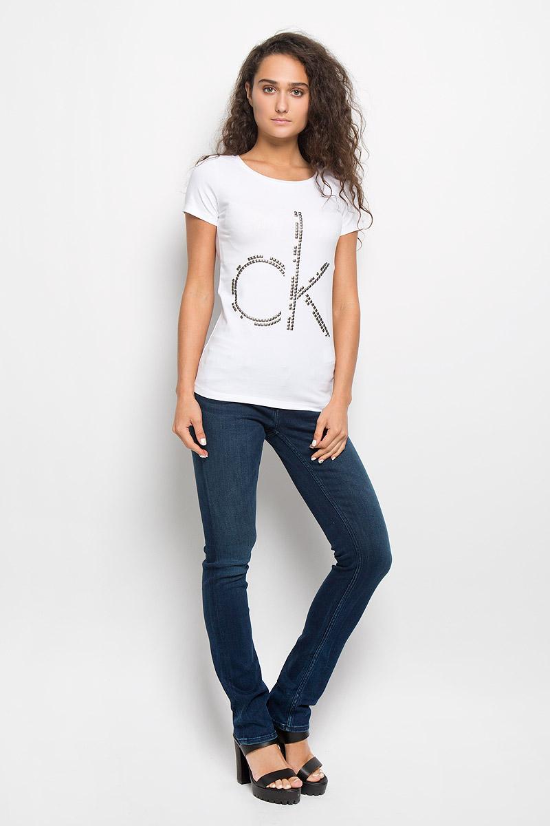 Футболка женская Calvin Klein Jeans, цвет: белый. J20J200544. Размер XS (40)SSU1622KRМодная женская футболка Calvin Klein Jeans изготовлена из эластичного хлопка. Материал изделия мягкий, тактильно приятный, не сковывает движения и хорошо пропускает воздух, обеспечивая комфорт при носке.Футболка с круглым вырезом горловины и короткими рукавами имеет полуприлегающий силуэт. Изделие оформлено аппликацией в виде фирменного логотипа. Сзади на плечевом шве находится принтовая надпись, содержащая название бренда. Высокое качество, актуальный дизайн и расцветка придают изделию неповторимый стиль и индивидуальность. Футболка займет достойное место в вашем гардеробе!