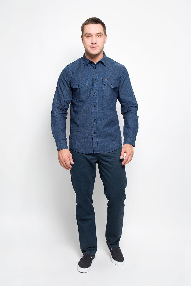 РубашкаL866MD13Мужская рубашка Lee, выполненная из натурального хлопка, идеально дополнит ваш образ. Материал плотный, тактильно приятный, не стесняет движений и позволяет коже дышать, обеспечивая комфорт при носке. Рубашка прямого кроя с отложным воротником и длинными рукавами застегивается на пуговицы по всей длине. Манжеты также имеют застежки-пуговицы. На груди модель дополнена двумя накладными карманами с клапанами на пуговицах. Изделие украшено фирменными нашивками. Такая модель будет дарить вам комфорт в течение всего дня и станет стильным дополнением к вашему гардеробу.