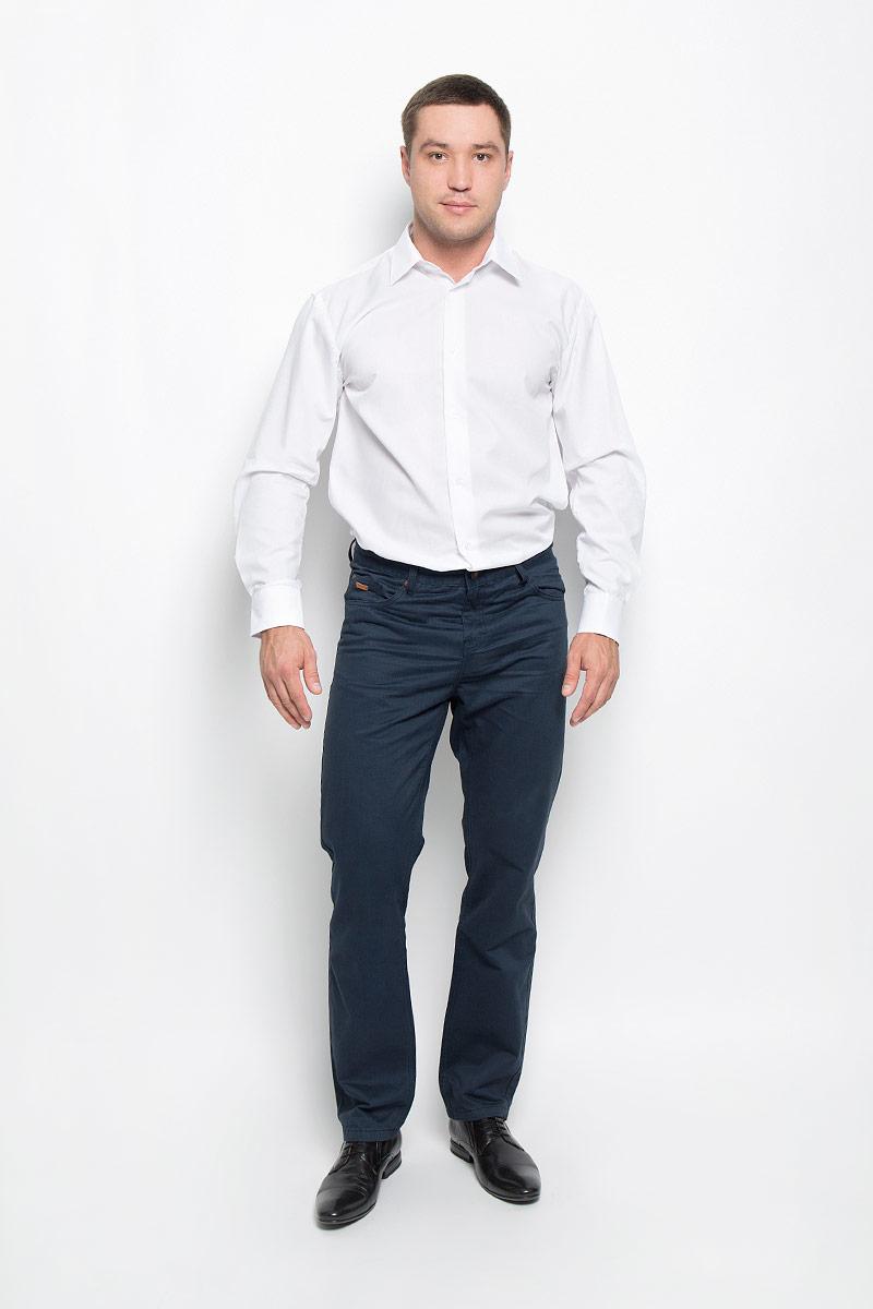 Рубашка12.015107Классическая мужская рубашка BTC, выполненная из высококачественного натурального хлопка, займет достойное место в вашем гардеробе. Изделие мягкое, тактильно приятное, не сковывает движений и хорошо пропускает воздух. Модель прямого кроя с отложным воротником и длинными рукавами застегивается спереди на пуговицы по всей длине. Манжеты дополнены застежками-пуговицами. Такая рубашка подарит вам комфорт в течение всего дня!