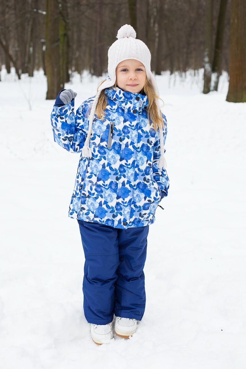 Комплект для девочки Sweet Berry: куртка, брюки, цвет: синий, голубой, белый. 205558. Размер 92205558Комплект одежды для девочки Sweet Berry состоит из куртки и брюк. Комплект изготовлен из водонепроницаемого, дышащего и ветрозащитного материала. Куртка с воротником-стойка и съемным капюшоном застегивается на застежку-молнию и дополнительно на ветрозащитный клапан с кнопками и липучками. Капюшон, дополненный эластичным шнурком со стопперами, крепится в куртке с помощью застежки-молнии и кнопок. Рукава дополнены трикотажными манжетами, которые не позволяют просачиваться холодному воздуху.Спереди модель дополнена тремя карманами на застежках-молниях. Брюки застегиваются на застежку-молнию и кнопку. Изделие дополнено эластичными наплечными лямками, регулируемыми по длине. Спереди находятся два втачных кармана на липучках. Снизу брючин предусмотрены застежки-молнии и хлястики с липучками. Светоотражающие элементы увеличивают безопасность вашего ребенка в темное время суток.