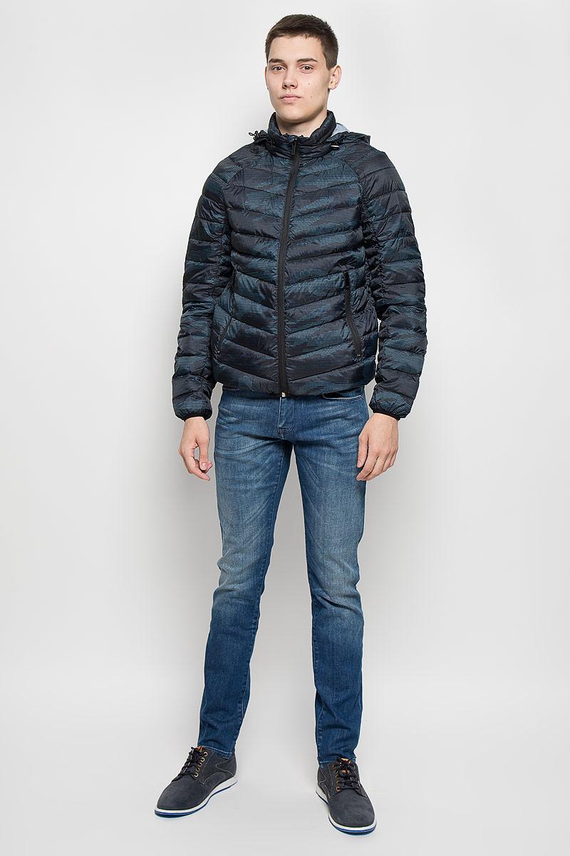Куртка мужская Mexx, цвет: темно-синий, черный, голубой. MX3000581. Размер M (46/48)MX3000581Стильная мужская куртка Mexx превосходно подойдет для прохладных дней. Куртка выполнена из полиэстера и полиамида, она отлично защищает от дождя, снега и ветра, а наполнитель из пуха и пера превосходно сохраняет тепло. Модель с длинными рукавами-реглан и воротником-стойкой застегивается на застежку-молнию с защитой подбородка и ветрозащитной планкой. Куртка имеет несъемный капюшон, который складывается в специальный кармашек на воротнике. Объем капюшона регулируется при помощи шнурка-кулиски со стопперами. Изделие дополнено двумя втачными карманами на застежках-молниях.Эта модная и в то же время комфортная куртка согреет вас в холодное время года и отлично подойдет как для прогулок, так и для активного отдыха.