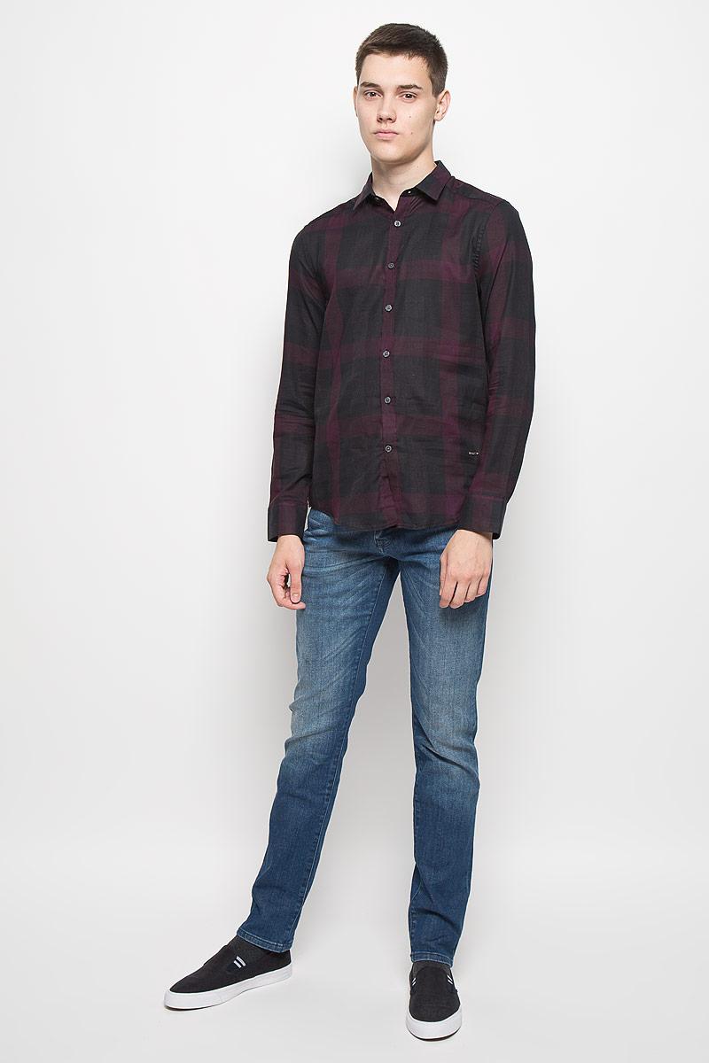 РубашкаMX3024526Стильная мужская рубашка Mexx изготовлена из хлопка. Материал изделия легкий, мягкий и приятный на ощупь, не сковывает движения и позволяет коже дышать. Рубашка с отложным воротником и длинными рукавами застегивается на пуговицы по всей длине. На манжетах предусмотрены застежки-пуговицы. Оформлено изделие принтом в клетку, украшено небольшой металлической пластиной с логотипом бренда.. Эта рубашка идеальный вариант как для повседневного гардероба, так и для вечернего. Такая модель порадует настоящих ценителей комфорта и практичности.