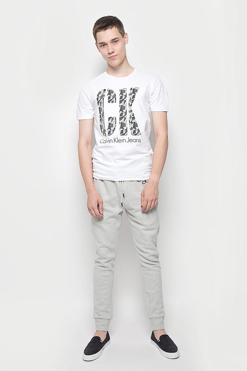 Футболка12.018589Мужская футболка Calvin Klein Jeans изготовлена из эластичного хлопка. Она мягкая и приятная на ощупь, не стесняет движений и хорошо пропускает воздух, обеспечивая комфорт при носке. Футболка с круглым вырезом горловины и короткими рукавами имеет прямой силуэт. Модель оформлена принтовыми надписями с элементами термоаппликации. Стильный дизайн и расцветка делают эту футболку модным предметом мужской одежды. Она поможет создать отличный современный образ!