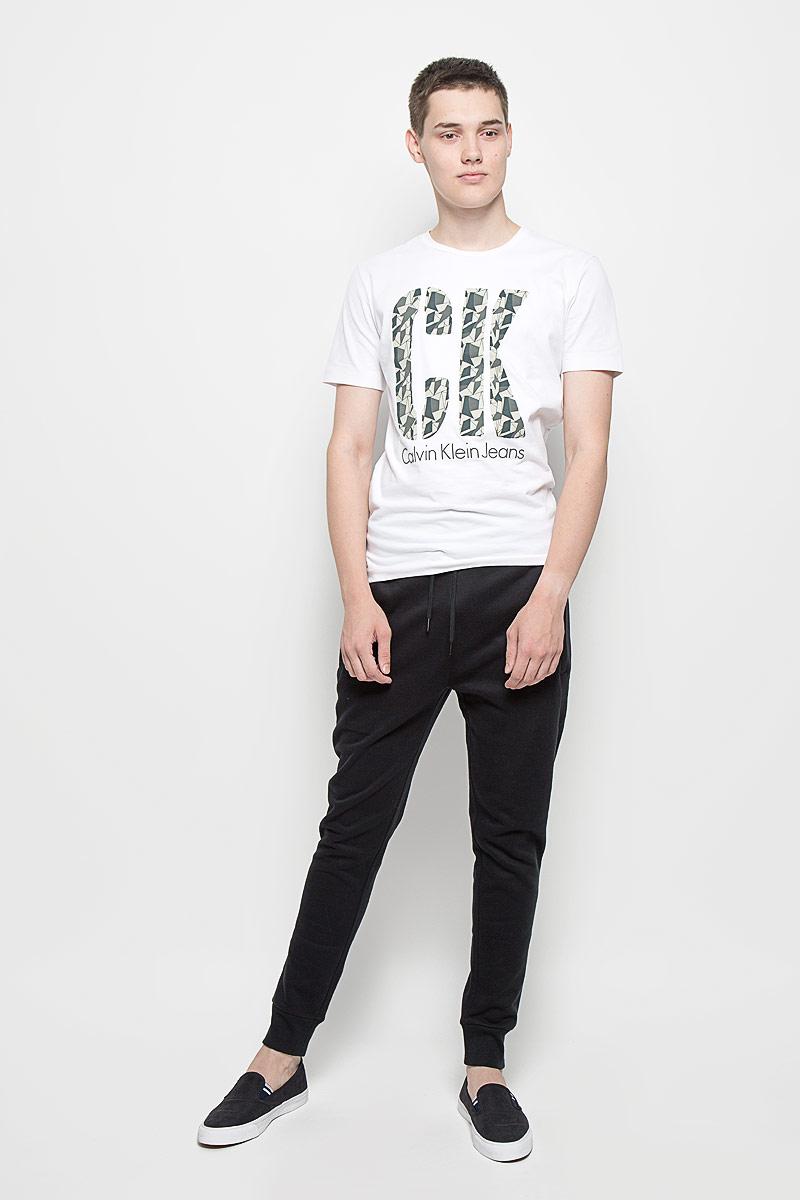Брюки спортивныеJ30J300653Мужские спортивные брюки Calvin Klein Jeans идеально подойдут для активного отдыха или занятий спортом. Изготовленные из хлопка с добавлением полиэстера, они приятные на ощупь, не сковывают движения и хорошо пропускают воздух. Трикотажная часть изделия выполнена с добавлением эластана. Изнаночная сторона с мягким теплым начесом. Брюки на талии дополнены широкой эластичной резинкой и затягивающимся шнурком, что обеспечивает удобную посадку изделия на фигуре. Спереди расположены два прорезных кармана на застежках-молниях, сзади - один на кнопке. Низ брючин дополнен широкими трикотажными манжетами. Украшена модель вышитым логотипом бренда. Спортивные брюки займут достойное место в вашем гардеробе, в них вам будет удобно и комфортно!