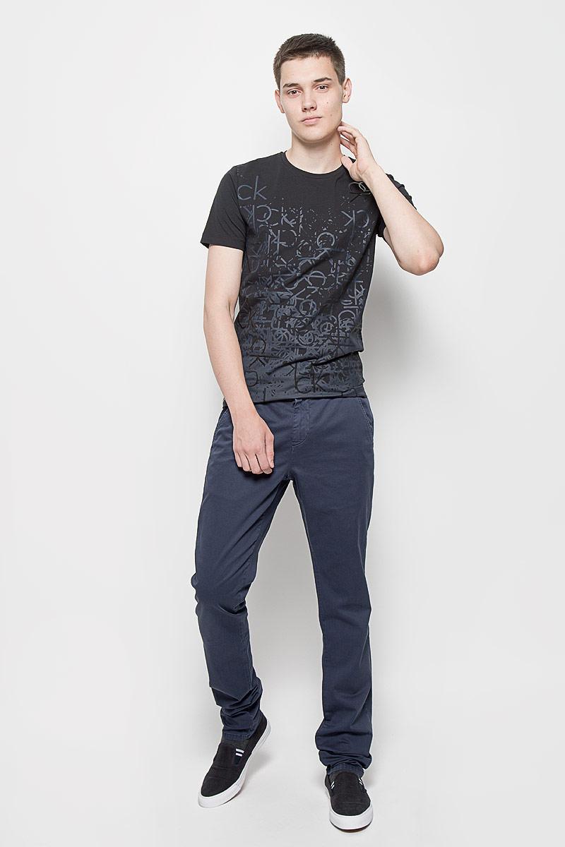 Брюки12.019394Стильные мужские брюки Calvin Klein Jeans, выполненные из хлопка с добавлением эластана, отлично дополнят ваш образ. Ткань изделия тактильно приятная, позволяет коже дышать. Брюки застегиваются на пуговицу и имеют ширинку на застежке-молнии. На поясе предусмотрены шлевки для ремня. Спереди модель дополнена двумя втачными карманами со скошенными краями, сзади - двумя прорезными с застежками-пуговицами. Украшено изделие металлической пластиной с названием бренда. Высокое качество кроя и пошива, актуальный дизайн и расцветка придают изделию неповторимый стиль и индивидуальность. Модель займет достойное место в вашем гардеробе!